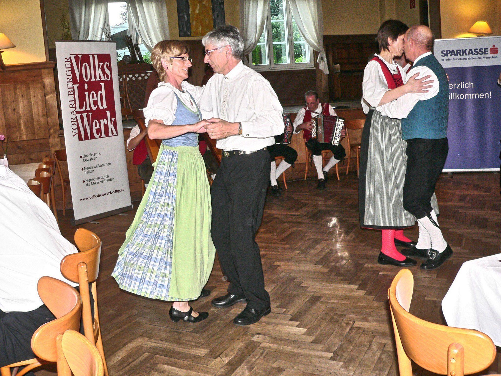 Das Vorarlberger Volkslied Werk lud zum Maitanz in das Gasthaus Löwen in Tisis