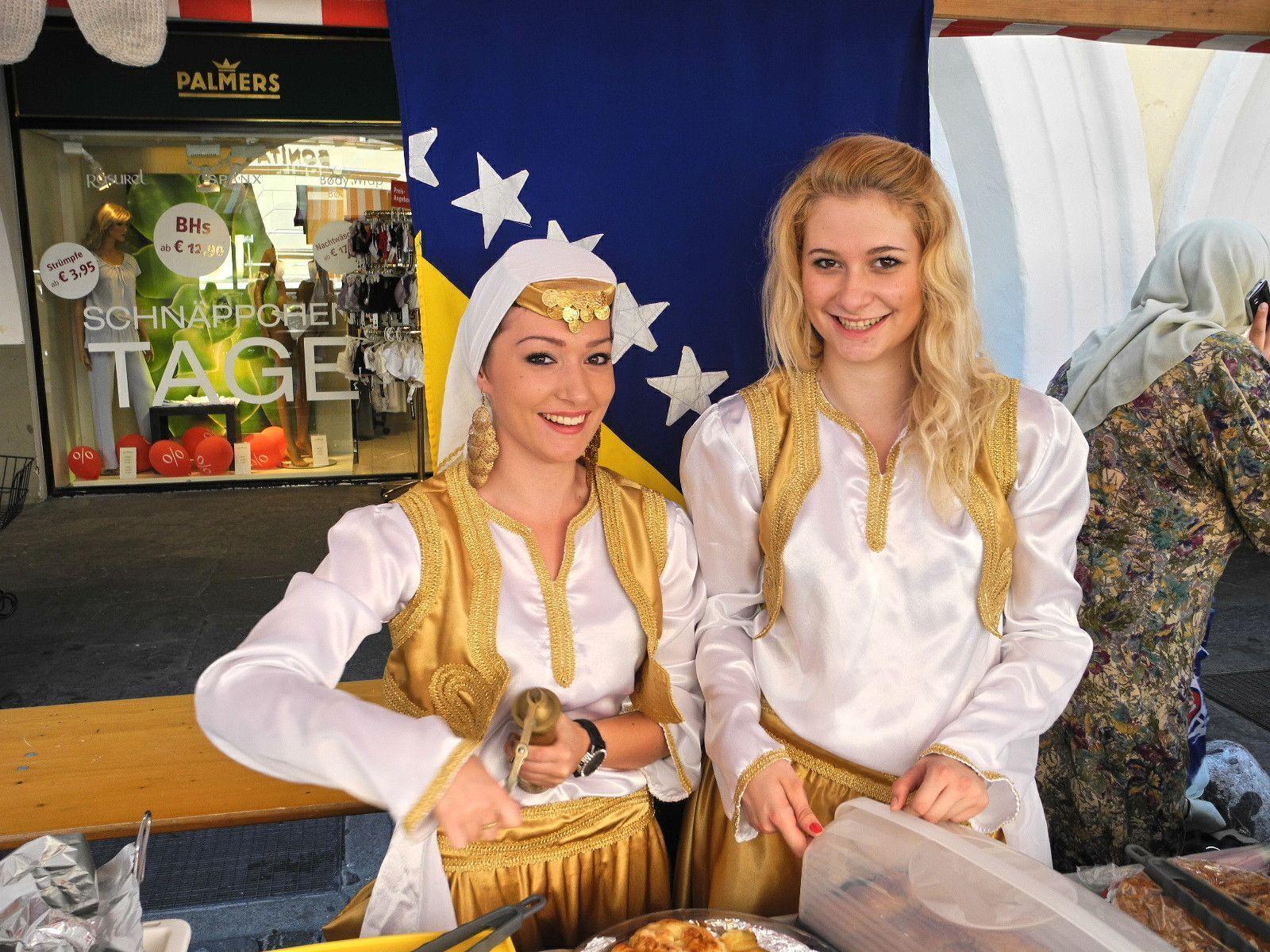 Zwei Bosniakische Frauen präsentierten ein Stück ihrer Kultur auf dem Festplatz in der Marktgasse