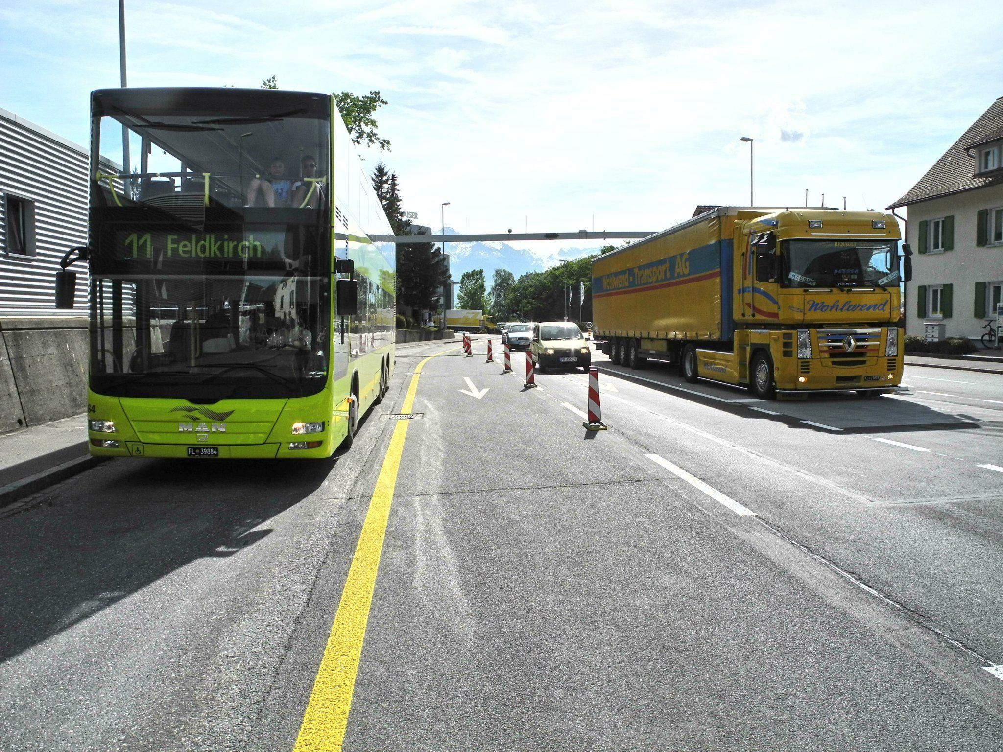 """Freie Fahrt für den öffentlichen Busverkehr auf einer eigenen """"Busspur"""" die bis zum Zollamt Tisis führt"""