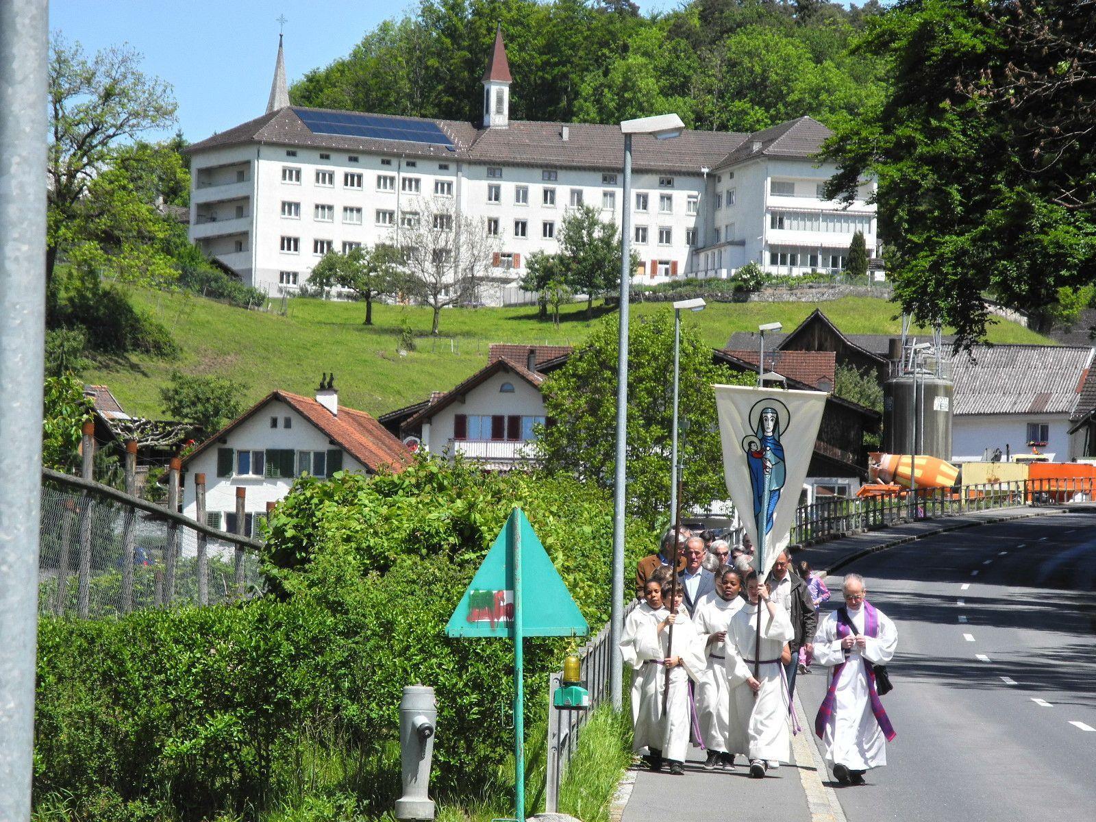 Die Himmelfahrtsprozession in Schellenberg unterhalb des gleichnamigen Klosters.