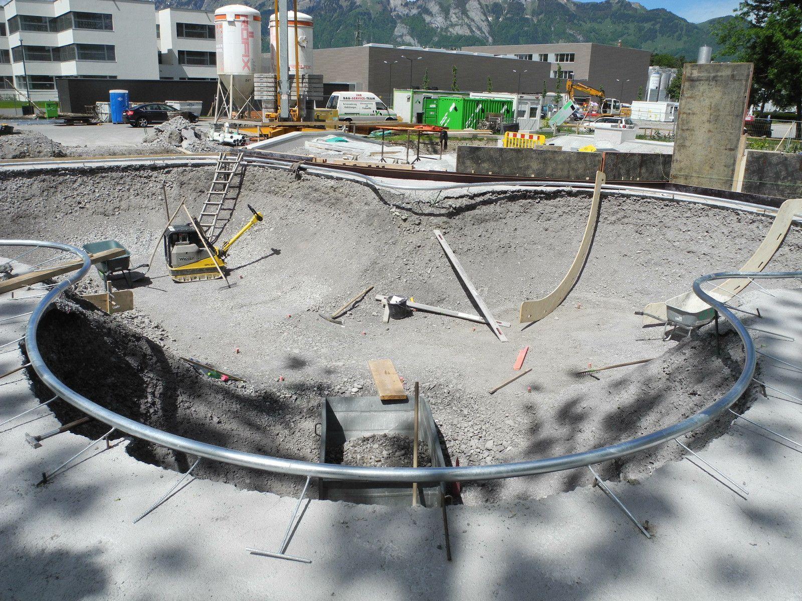 Dies Grube läßt erahnen welche diffiziele Bauhanderkskunst hinter dem Bau des Skaterparks steckt.