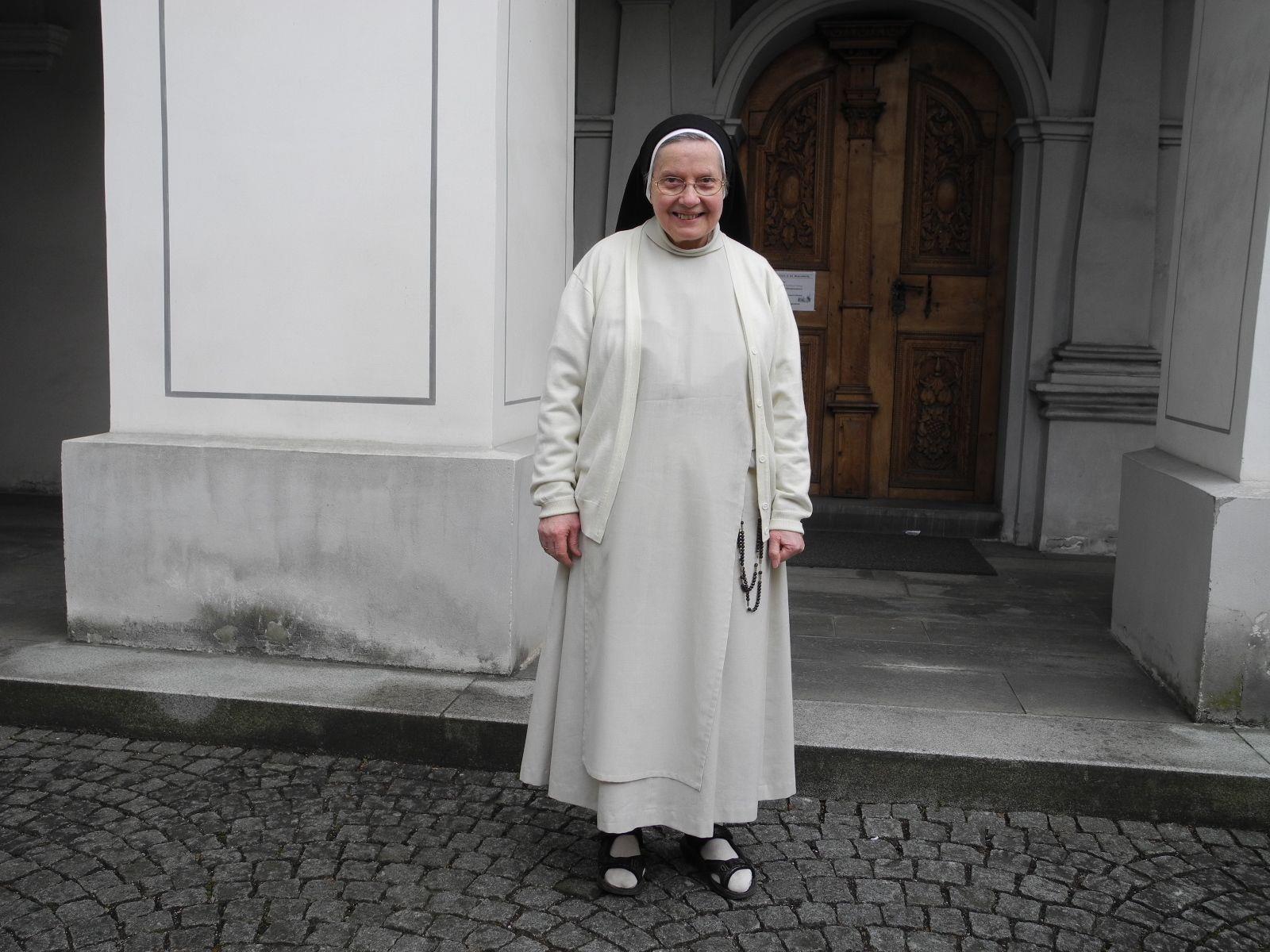 Schwester  Antonina, die Priorin des Dominikanerinnen Klosters läuft beim PZ Stundenlauf mit