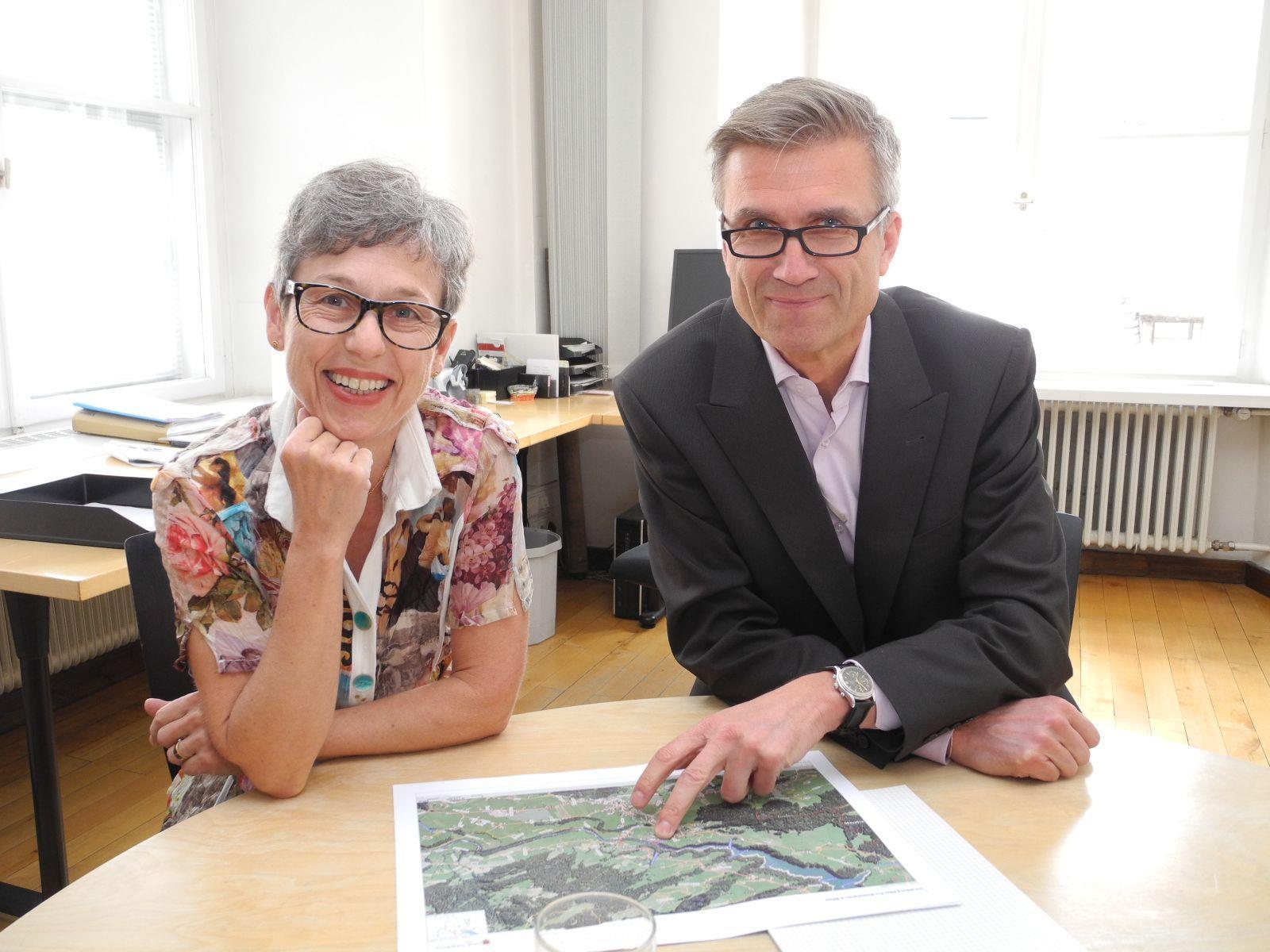 Stadträtin Angelika Lener mit Stadtbaumeister Gabor Mödlagl informieren über das Baugeschehen.