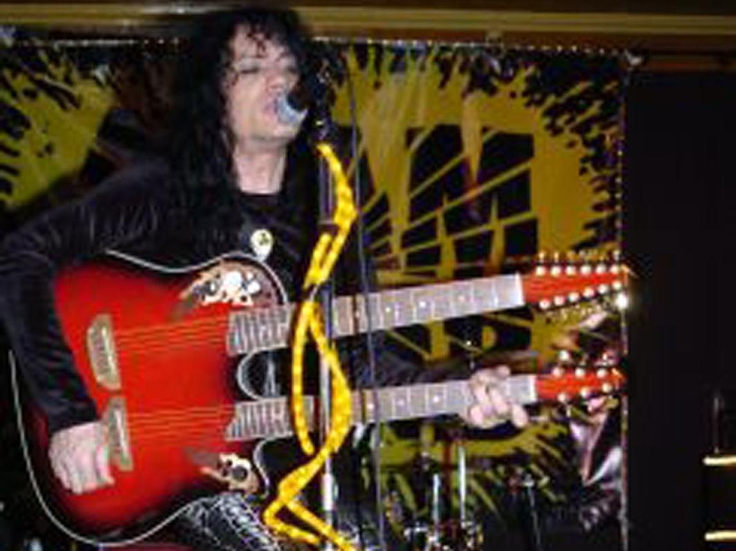 Adam Bombs einziger Auftritt in Österreich geht im Schrott Rock Vereinslokal  über die Bühne.
