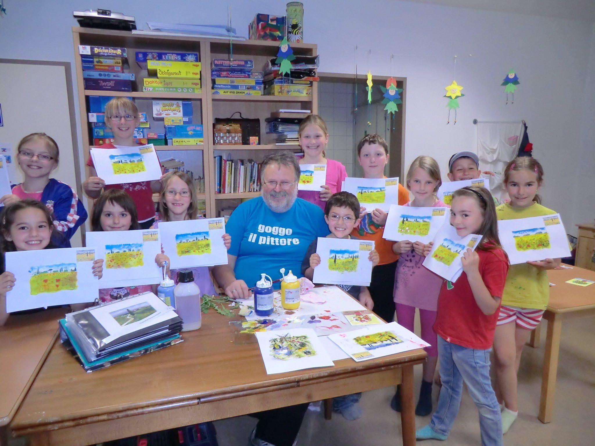 Stolz präsentieren die Kinder ihre Werke