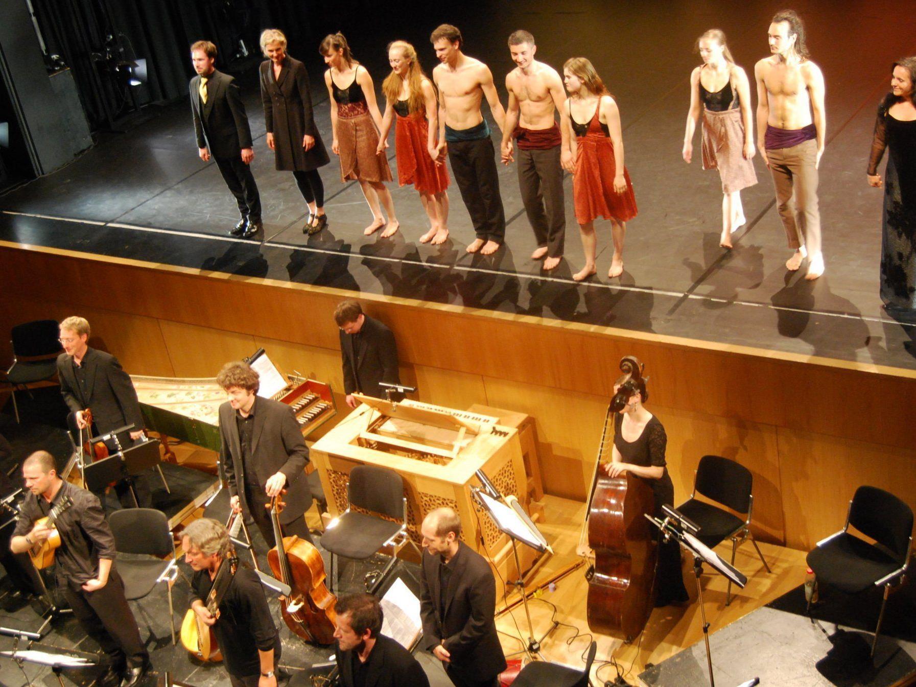 Schlussapplaus für Musiker, Gesangssolisten und die Tanzcompany (Rose Breuss, 2. v. l. auf der Bühne).