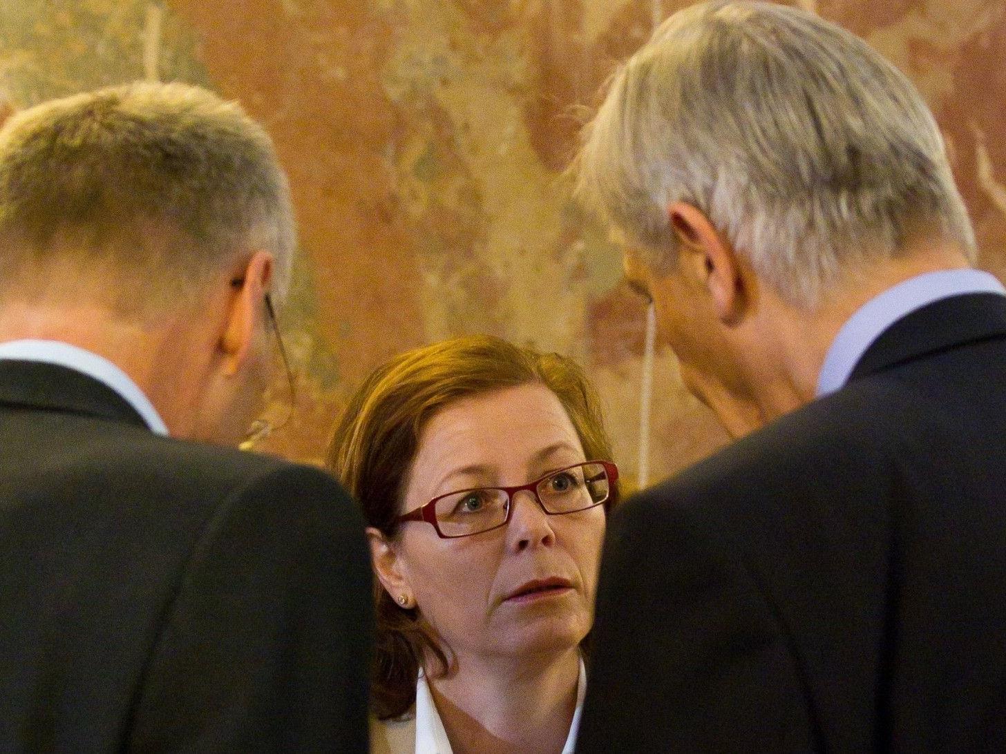 Kornelia Ratz mit einer Vertrauensperson und Rechtsanwalt Bertram Grass.