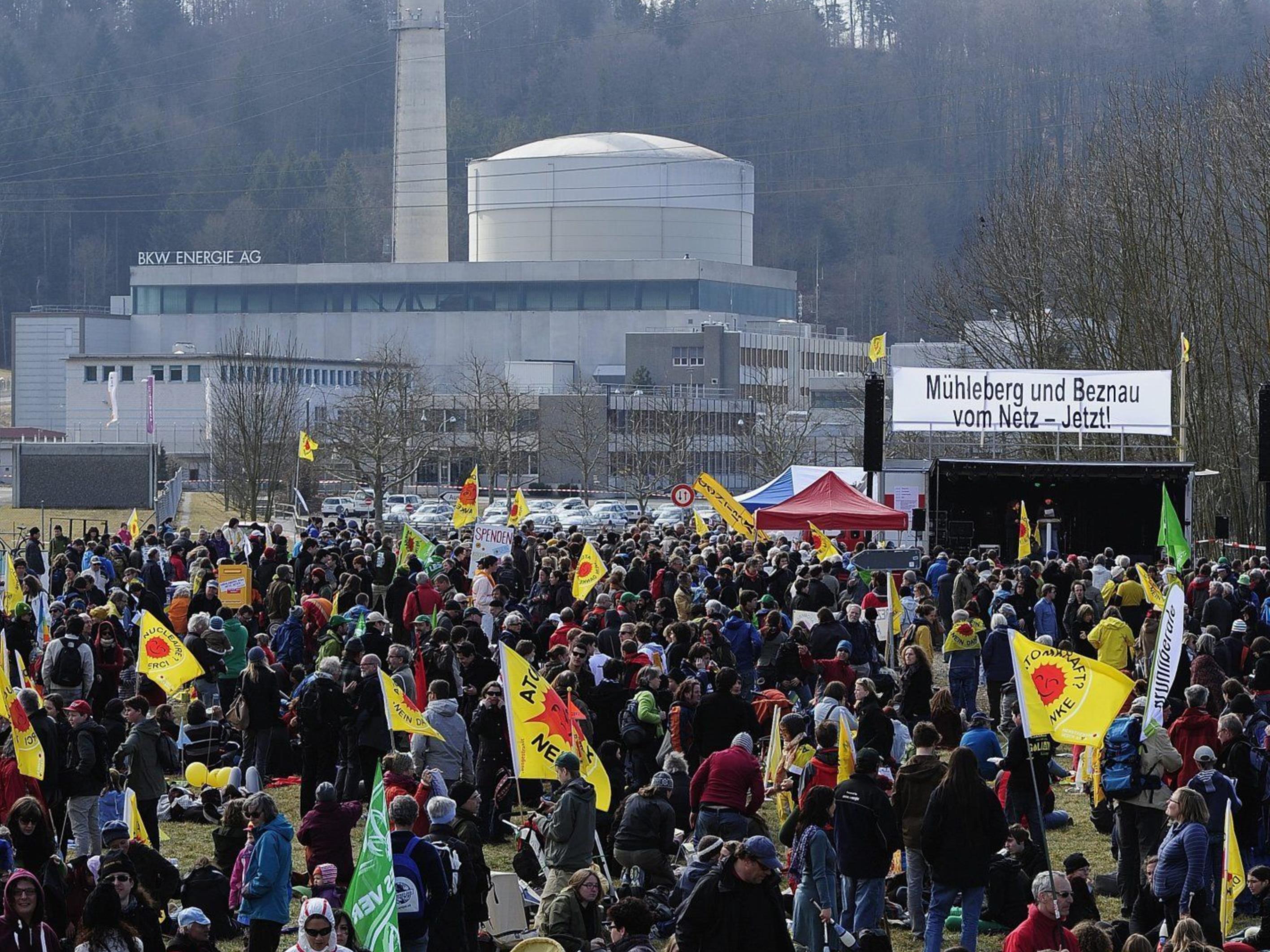 Atomkraft-Gegner vor dem AKW Mühleberg.