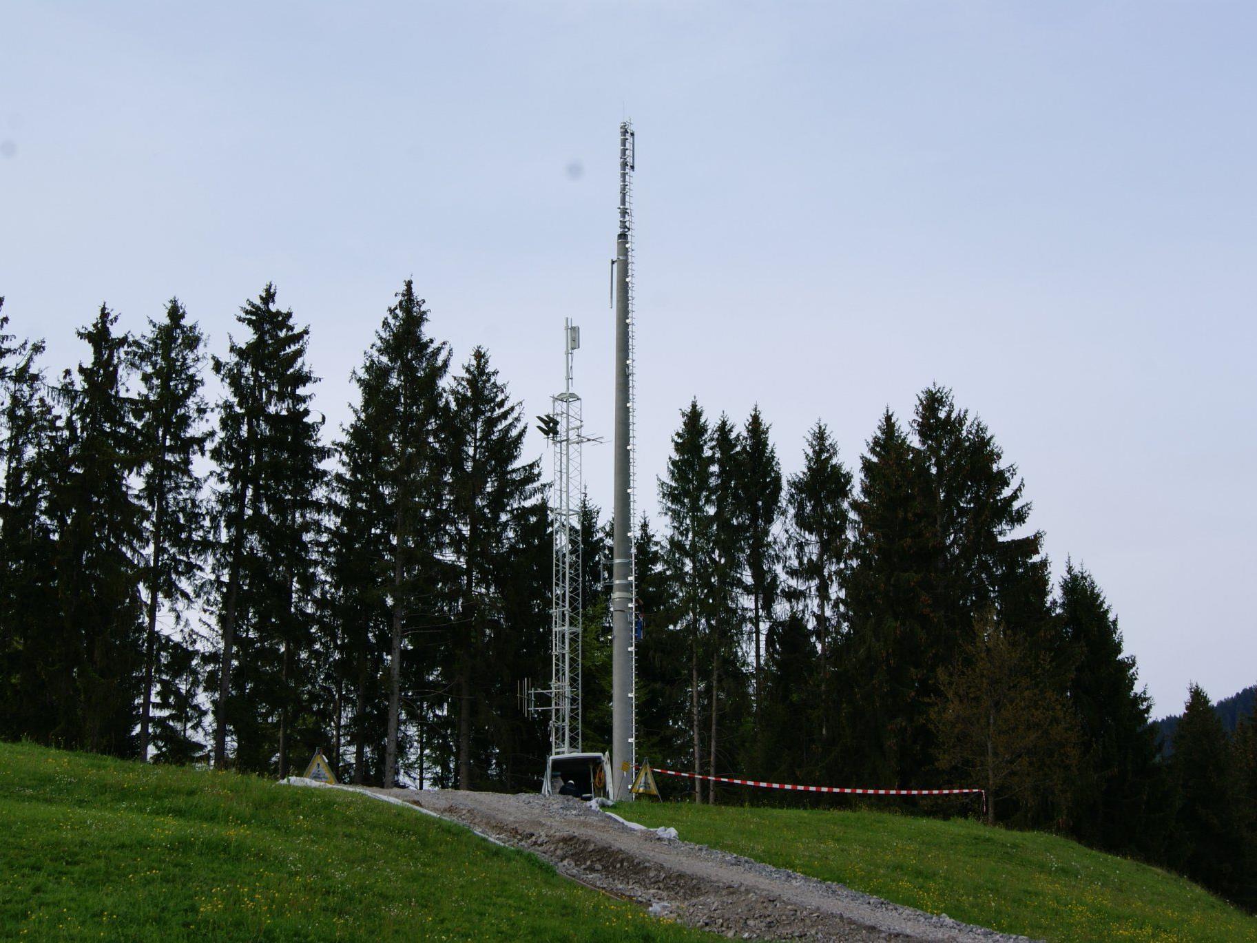 Der alte und der neue Funkturm in Übersaxen.