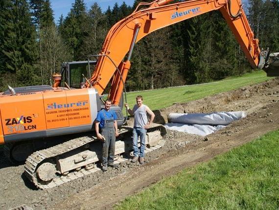 Baupolier Stefan Berkmann (links) erläutert die Baumaßnahmen