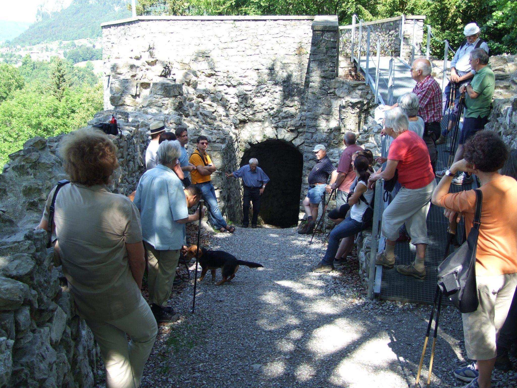 Burgbaumeister DI Raimund Rhomberg führt durch die Ruine Alt-Ems
