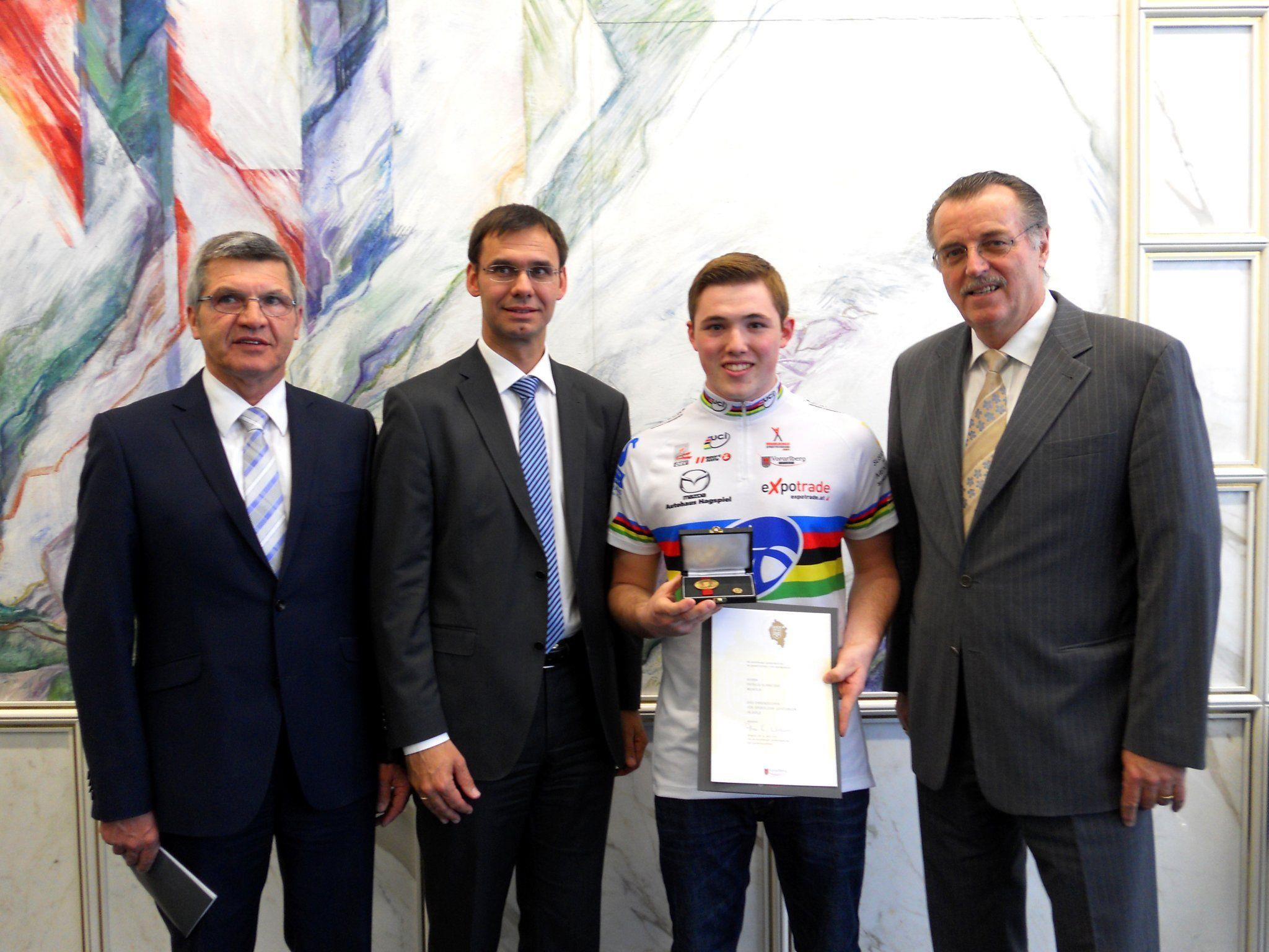 Sport Landesrat Sigi Stemer, Landeshauptmann Markus Wallner gratulieren dem jungen Weltmeister.