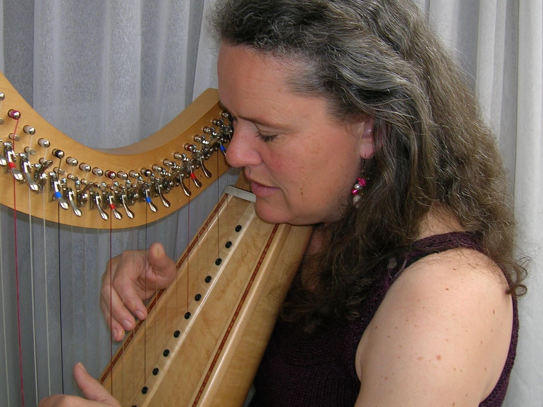 Sonja Bühler an der irischen Harfe