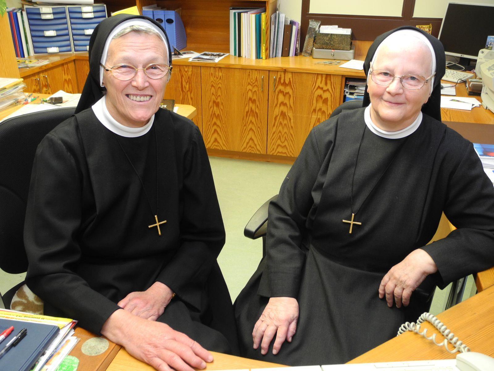 (l.) Schwester Eugenia Maria mit Schwester Anita in der Pforte des Institut St. Josef