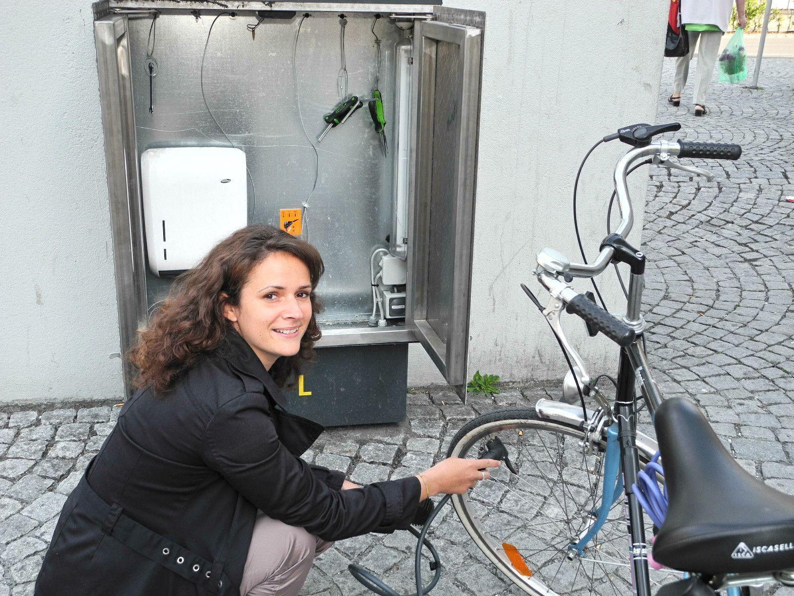 """Tanja Egger, zeigt  Stolz die """"Fahrradservicebox für Fahrräder"""" beim Katzenturm vor dem Mobilpunkt."""