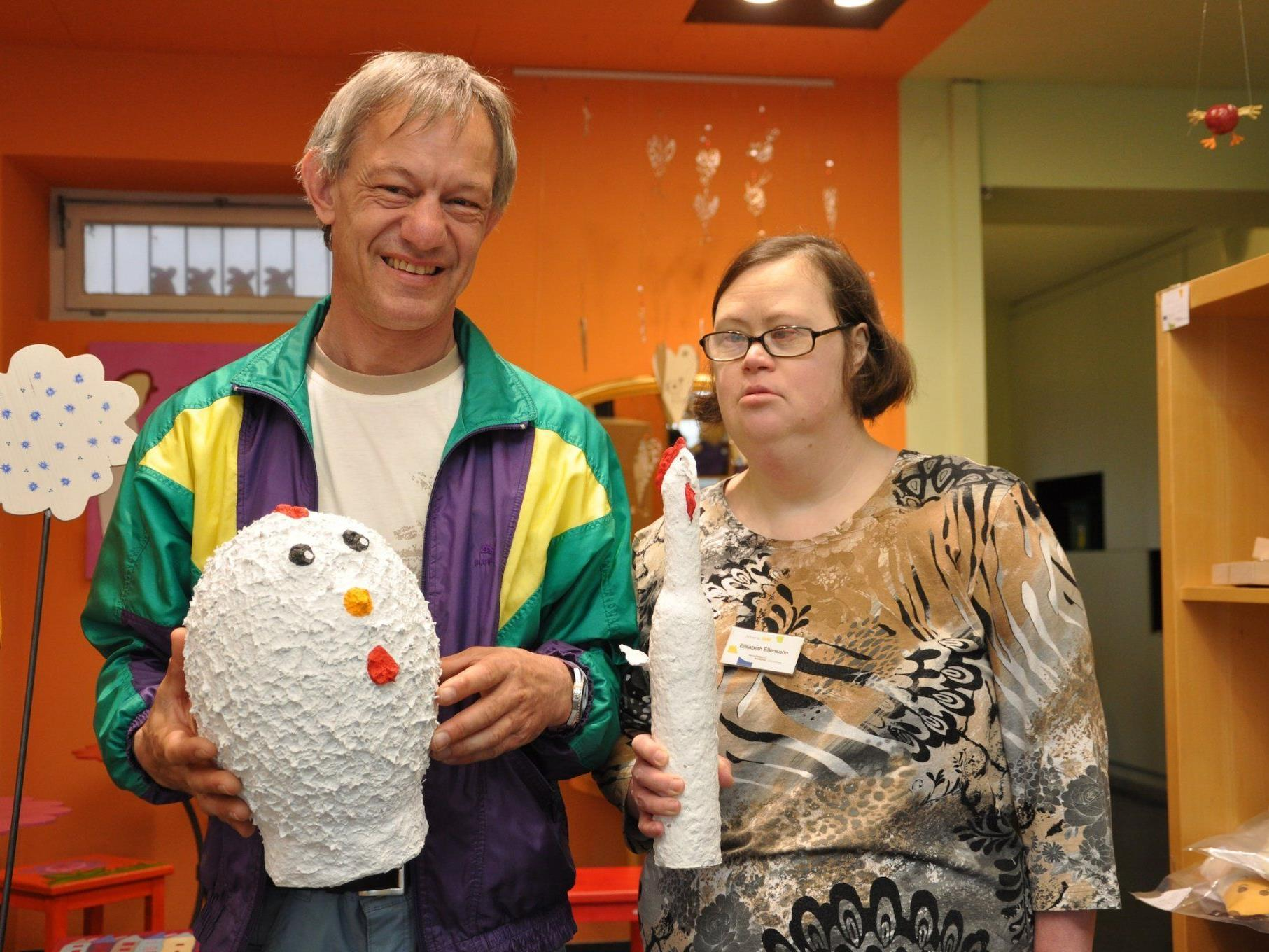 Robert und Elisabeth schaffen Kunstwerke für das lebens.ART Geschäft in Bregenz.