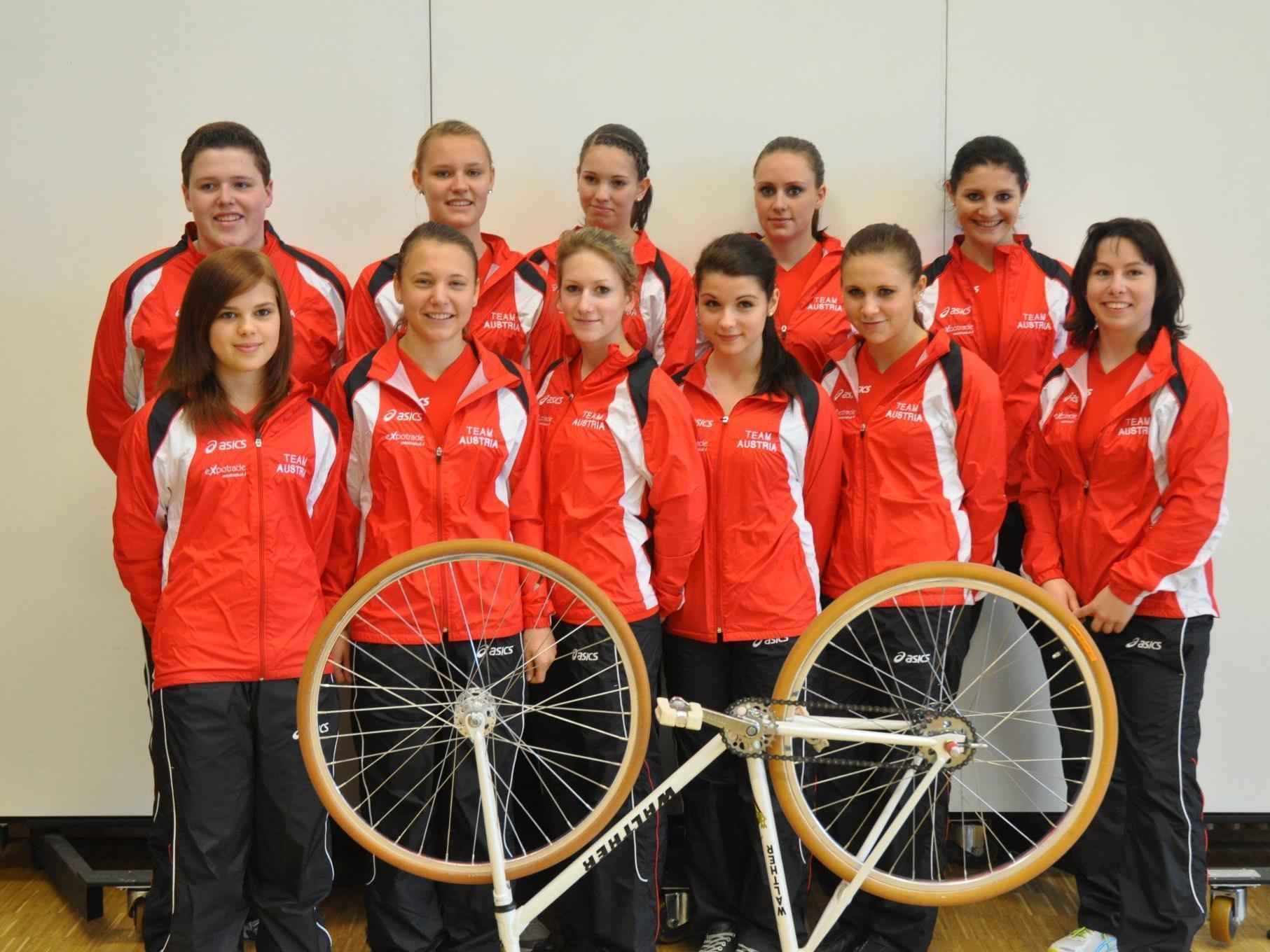 Österreichs Kunstradteam für Belgien mit Bundestrainerin Claudia Tagwercher. (ganz rechts)
