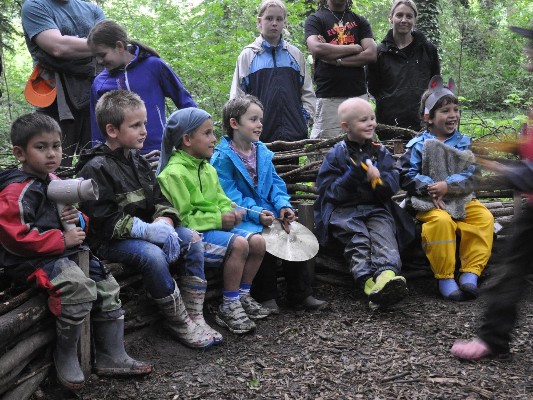 Die Kinder begrüßten ihre Eltern auf dem selbst gefertigten Waldsofa.