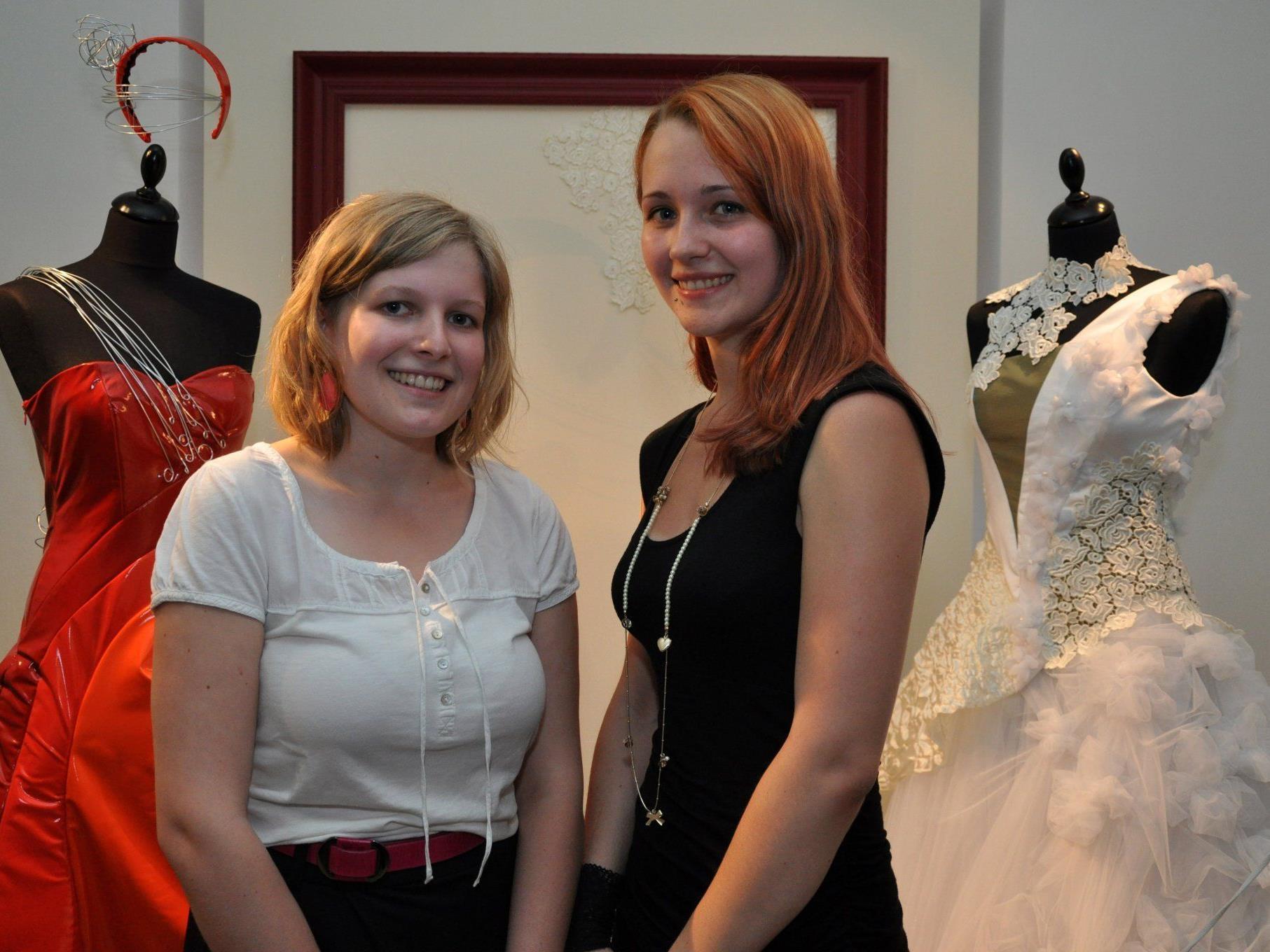 """Die HTL-Studentinnen Maria Kopf und Magdalena Keller mit ihrer """"BrautCouture 2012""""."""