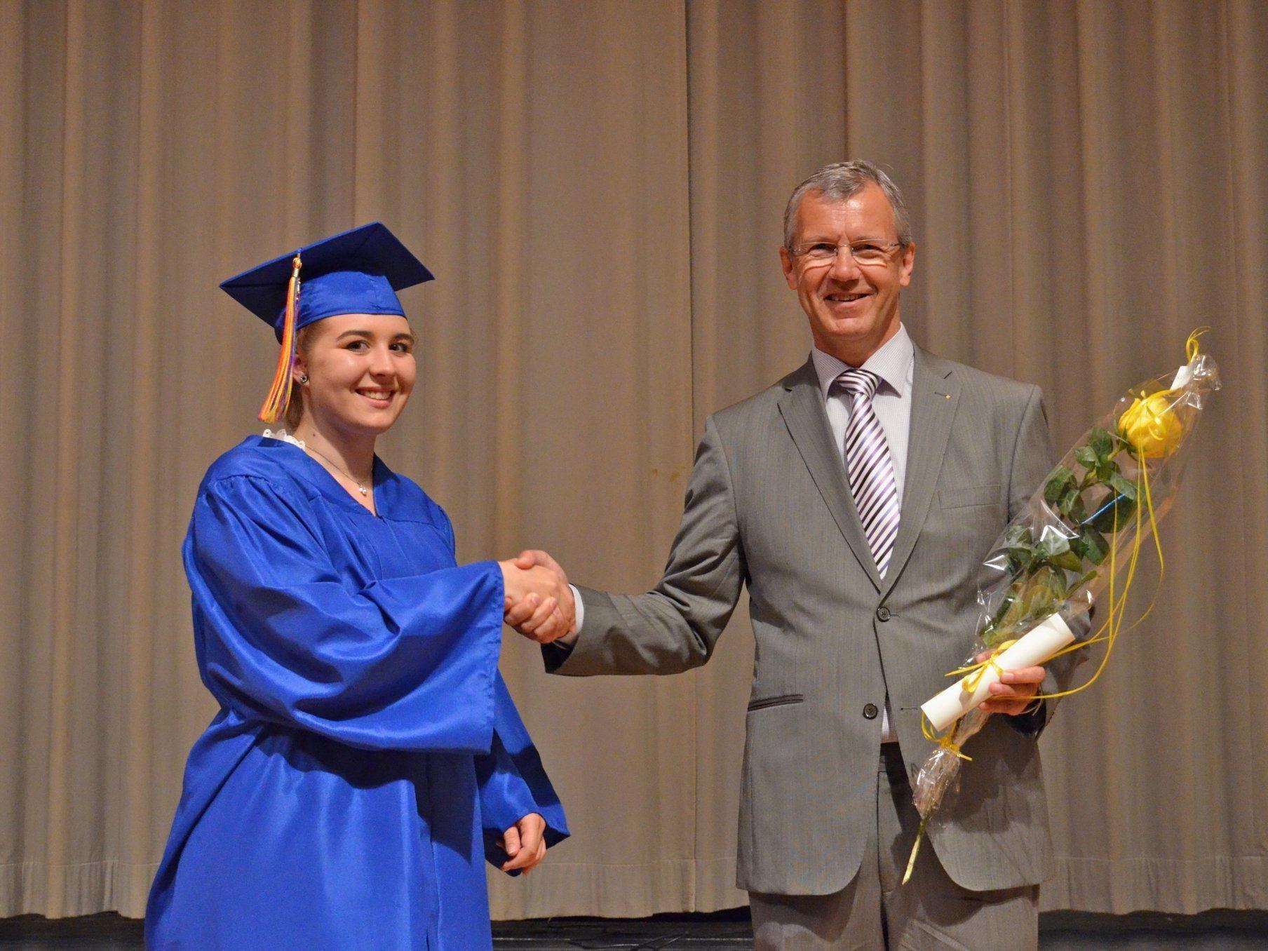 Schulpräsident Heiner Graf gratulierte der Maturantin Tatiana Bauer herzlich