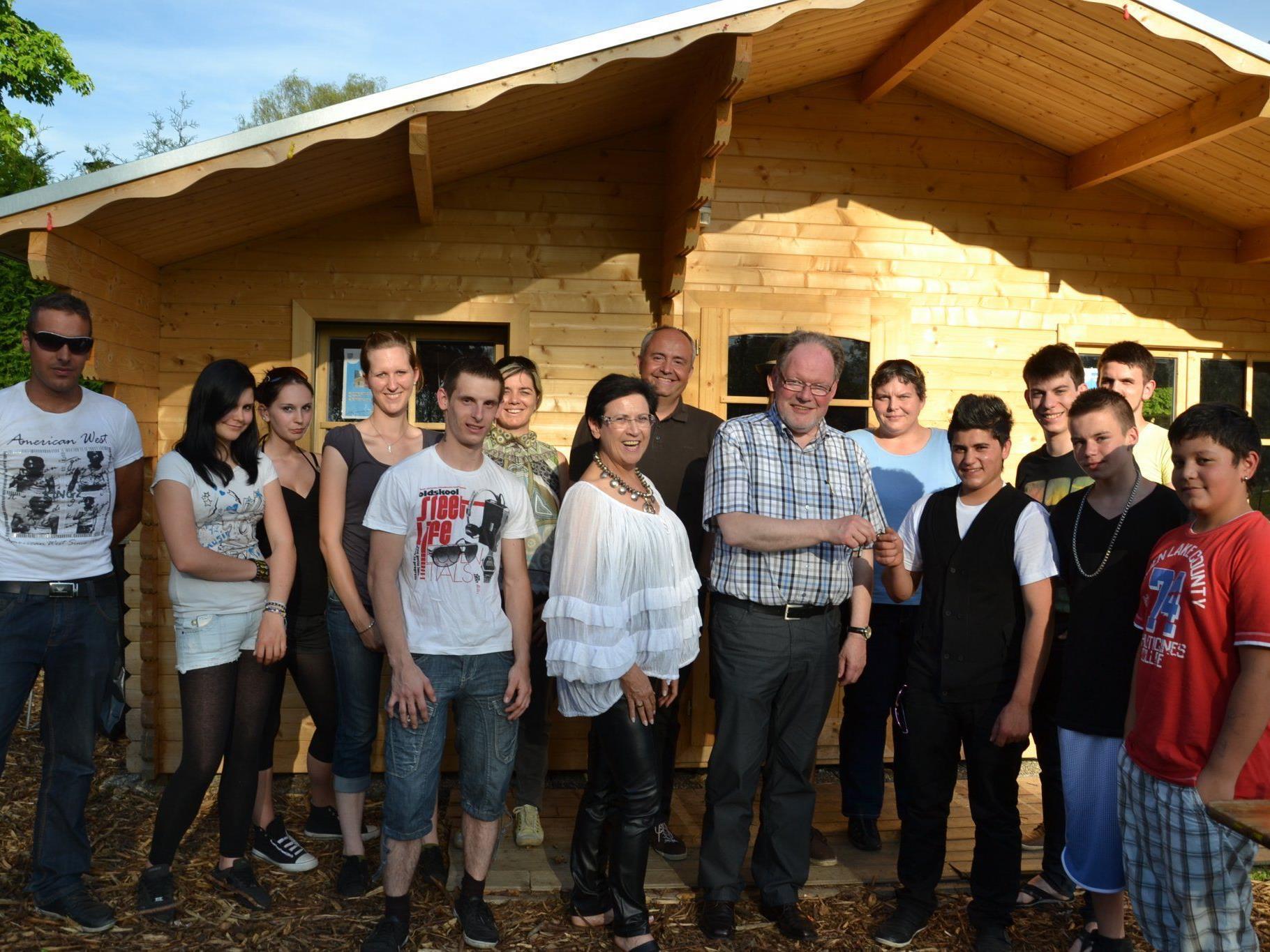 Bürgermeister Werner Huber bei der feierlichen Schlüsselübergabe vor dem Jugendtreff im Moos