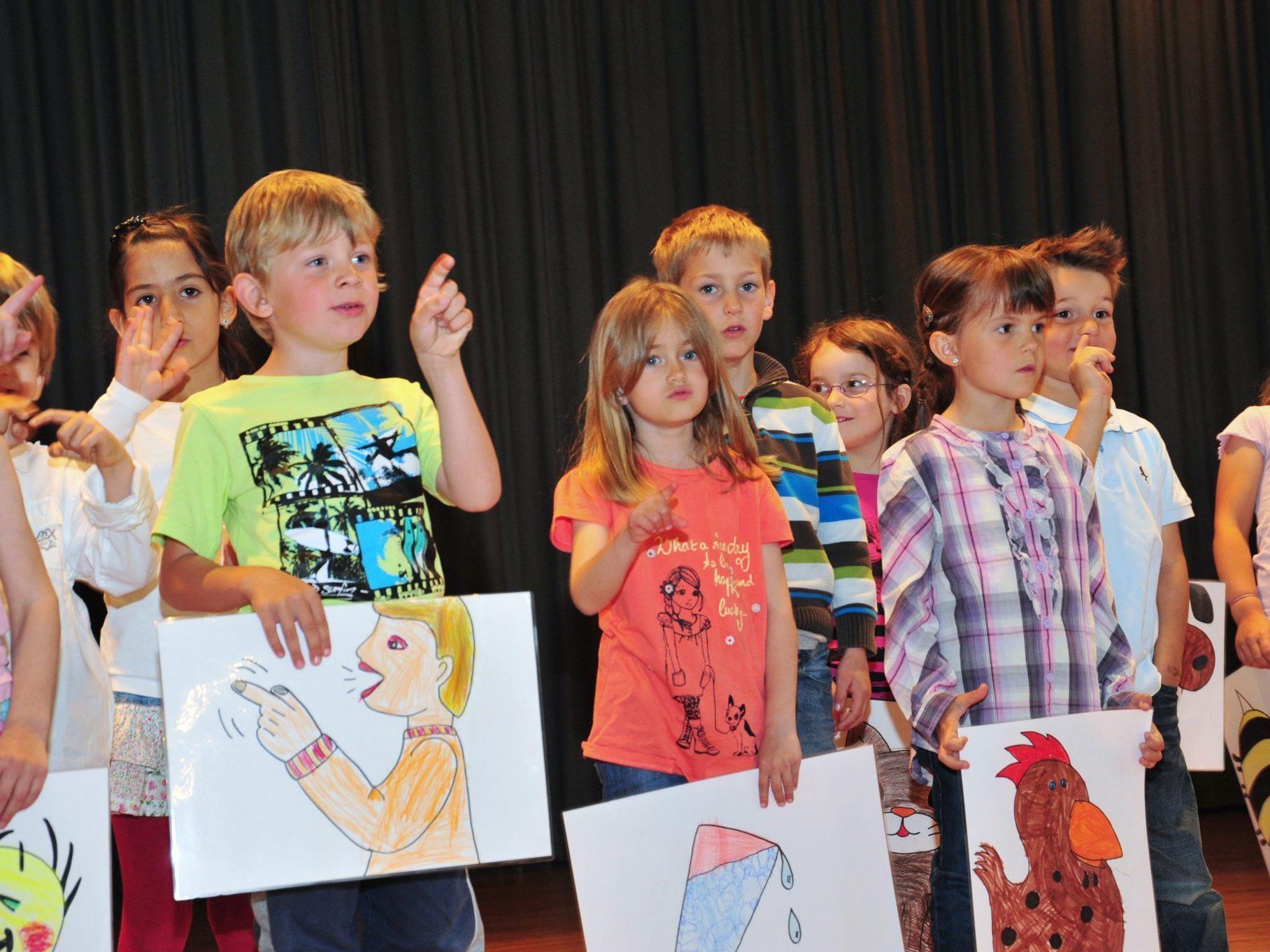 Die Kinder singen zur Eröffnung Ihres Kindergarten.