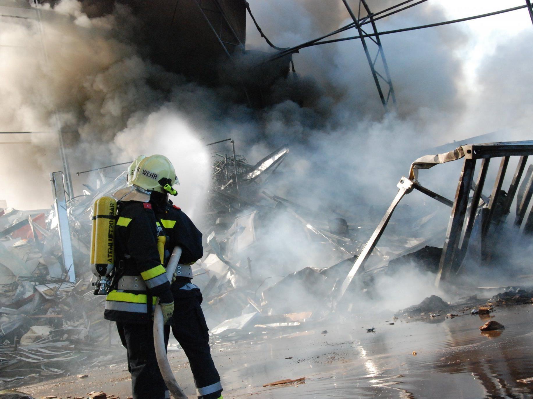 Fünf Feuerwehren mussten den Brand in einer Müllentsorgung in Münchendorf löschen