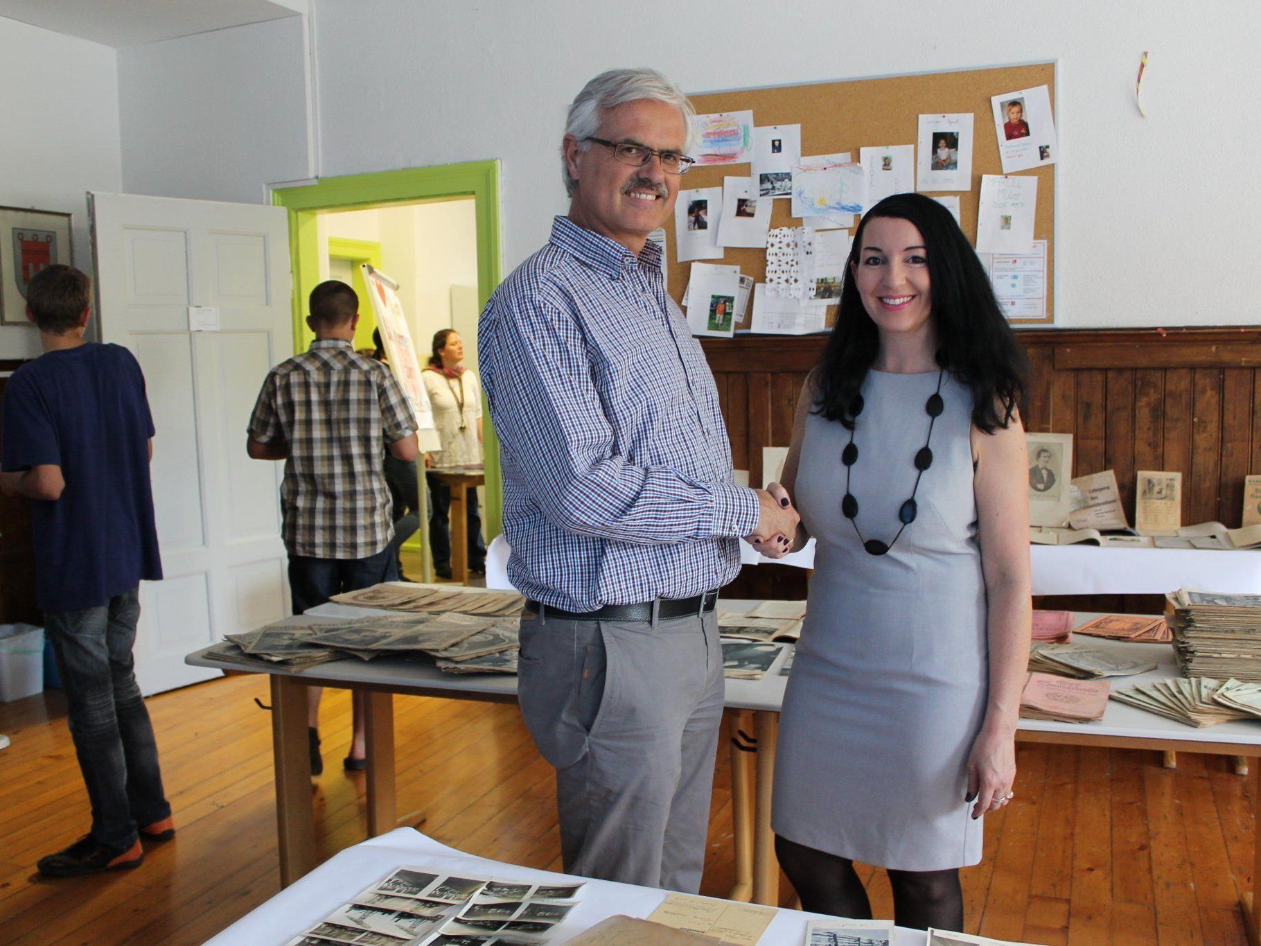 Dr. Manfred Tschaikner bedankte sich bei der Lehrerin für ihren Einsatz