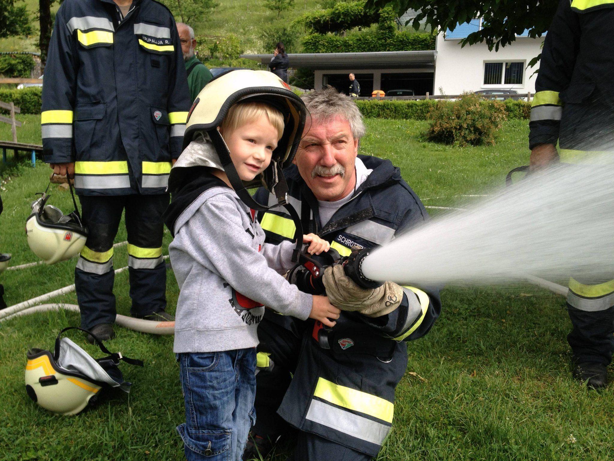 Kindergärtler übten sich zum Schluss selbst als Feuerwehrler