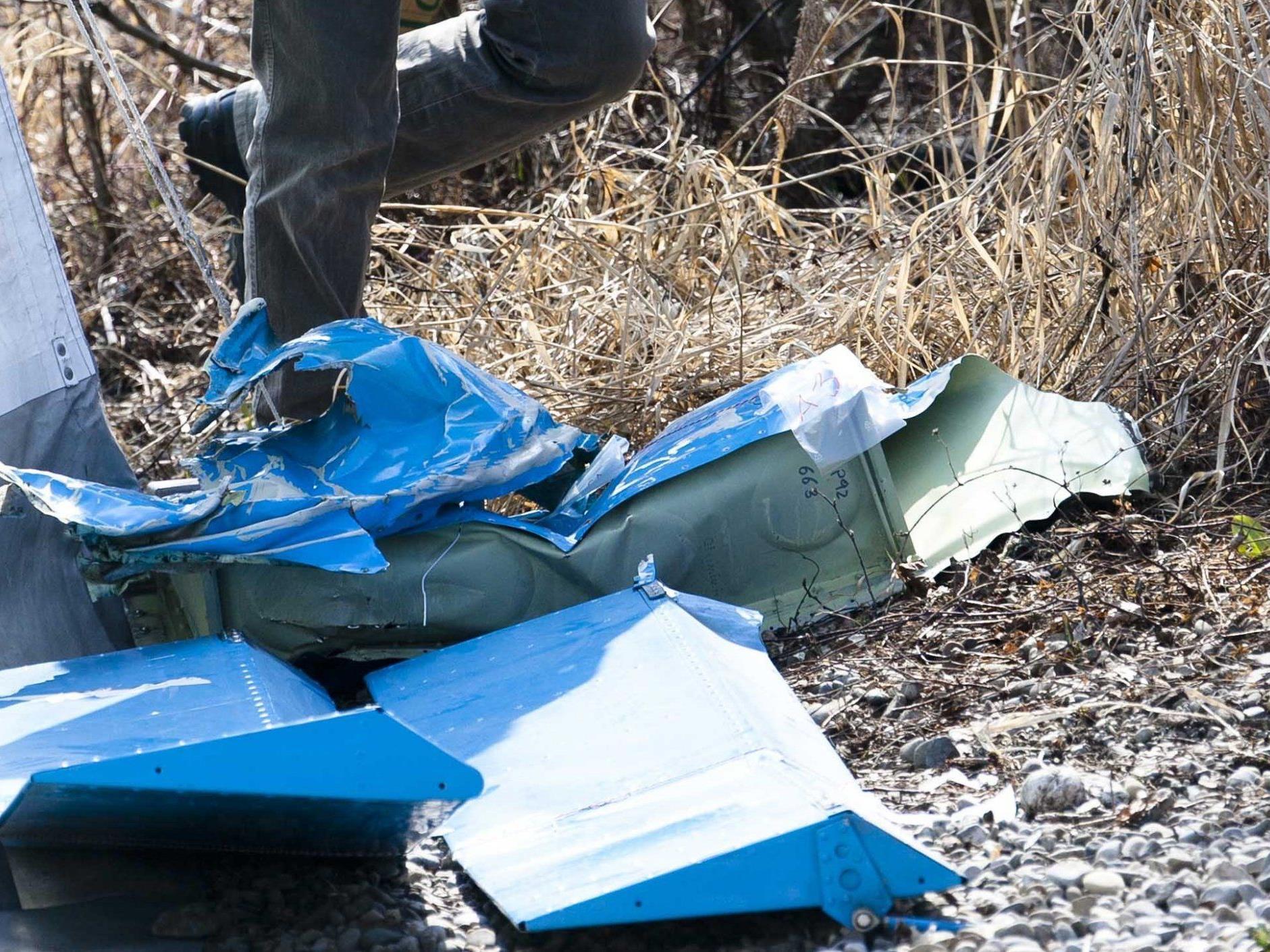 Ein Wrack: Das Ultraleichtflugzeug war nach dem Aufprall auf das Wasser nicht mehr wiederzuerkennen.