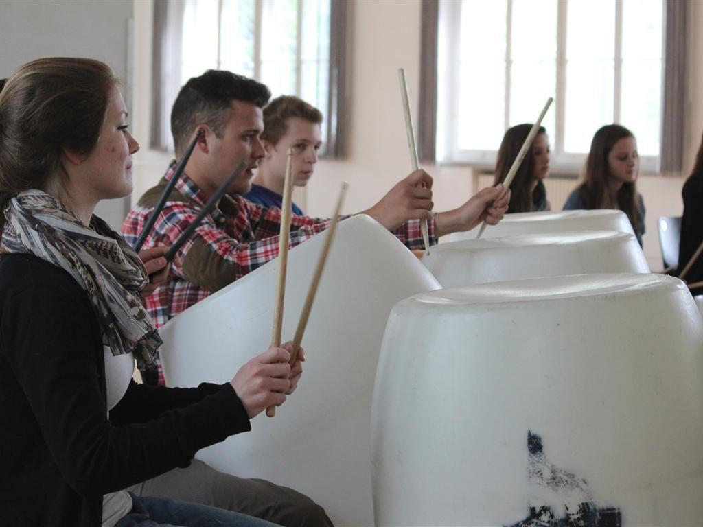 Unter der Leitung von Theo Bloderer schickten die Schülerinnen und Schüler des Stomp-Workshops schon am frühen Morgen kraftvolle und mitreißende Rhythmen durch das Pförtnerhaus