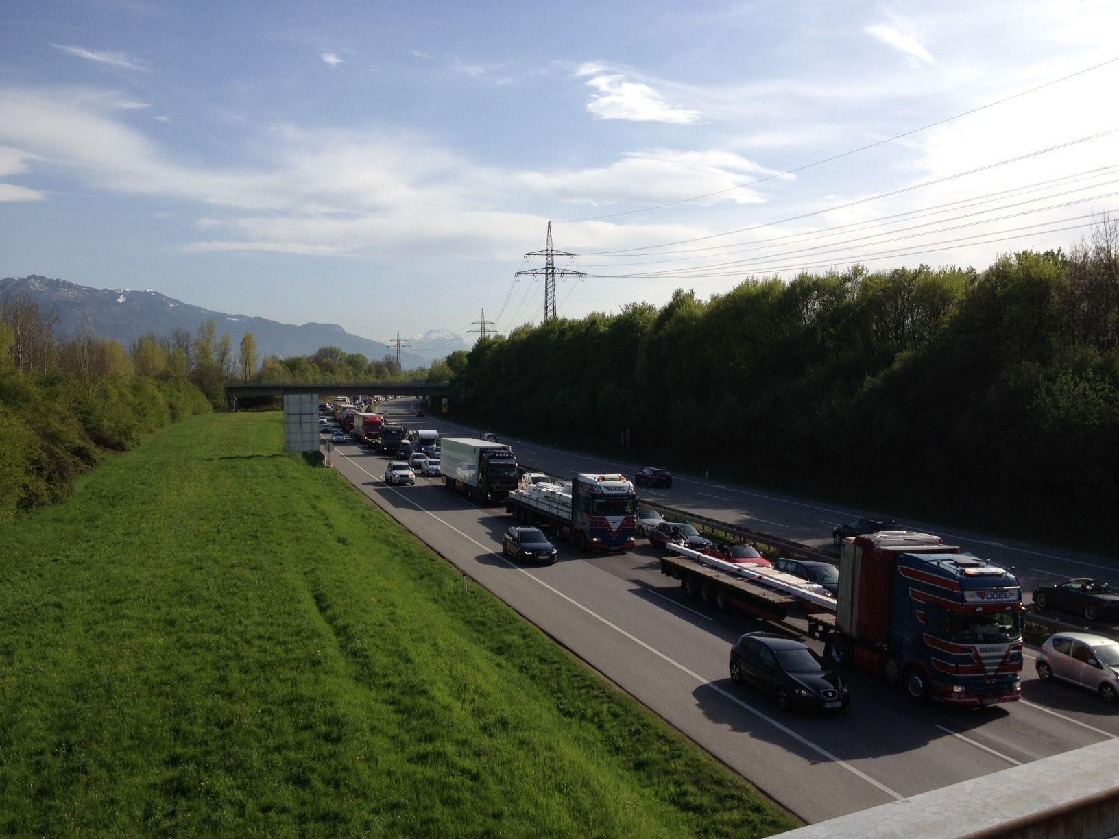 Die Verkehrsüberlastung löst sich nur langsam auf.