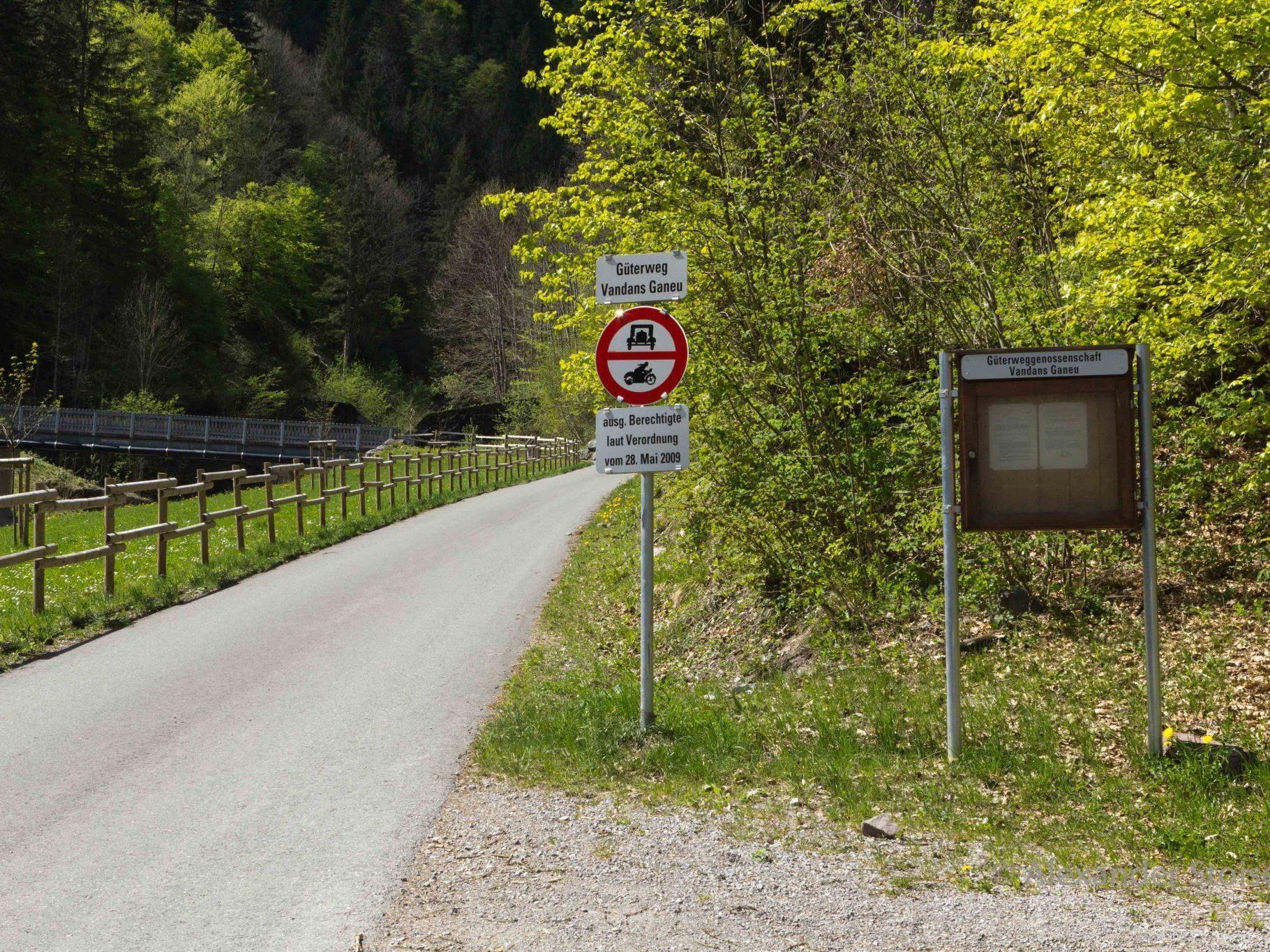 Ab sofort ist das Befahren des Güterweges Ganeu nur für Innhaber eines Berechtigungsscheines gestattet.