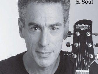"""Henry Rose singt und spielt im Bludenzer """"Katzawinkl""""."""