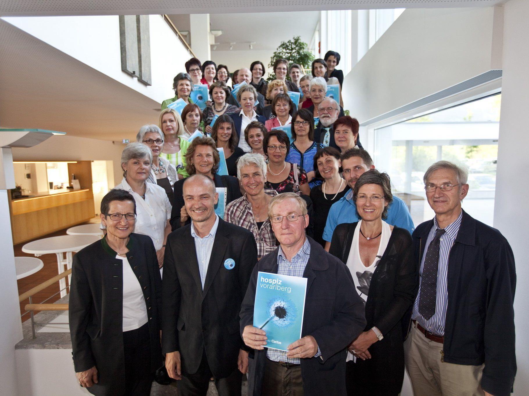 26 Frauen und vier Männer haben am Dienstag, 29. Mai 2012, im Bildungshaus Batschuns ihre Zertifikate als Hospizbegleiterinnen bzw. -begleiter überreicht bekommen.