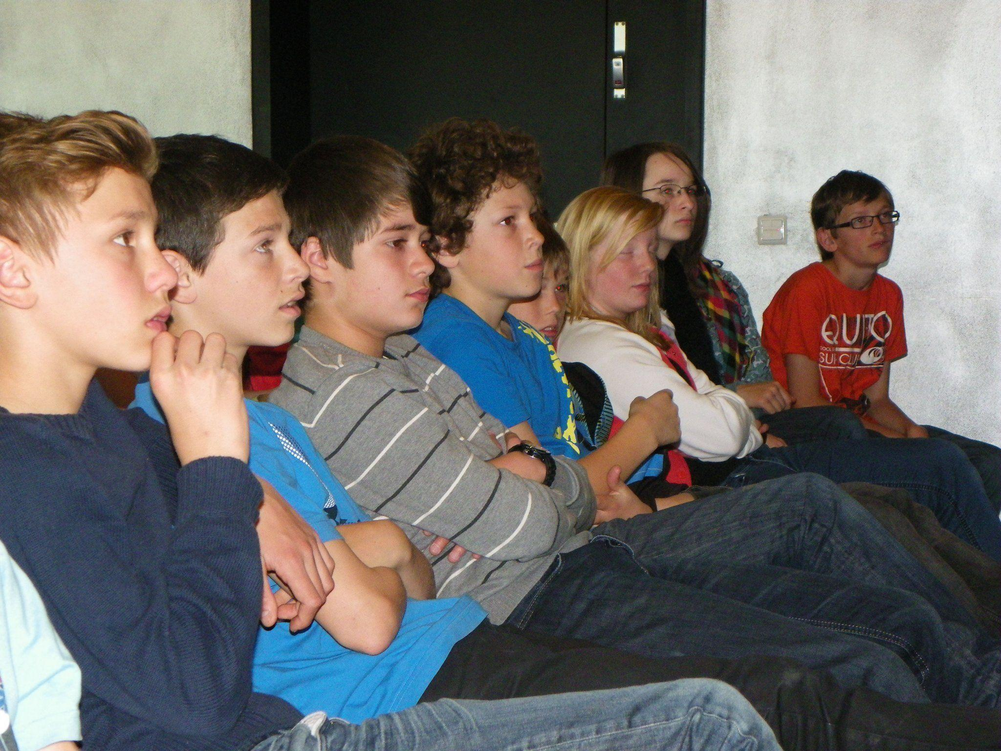 Gespannt lauschten die Schüler den Geschichten.
