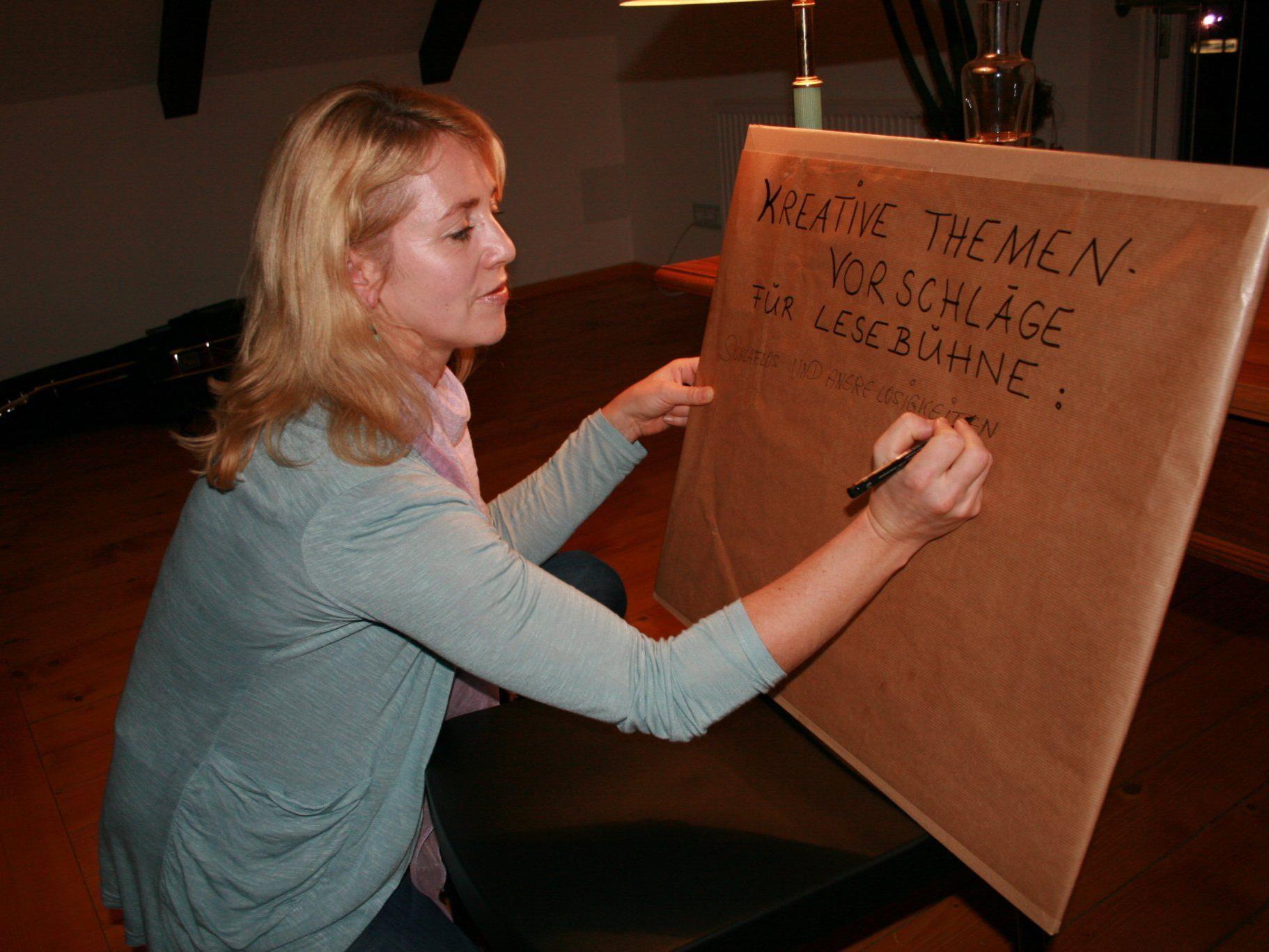 Autorin Waltraud Travaglini-Konzett sammelt Schreibthemen für die Lesebühne.