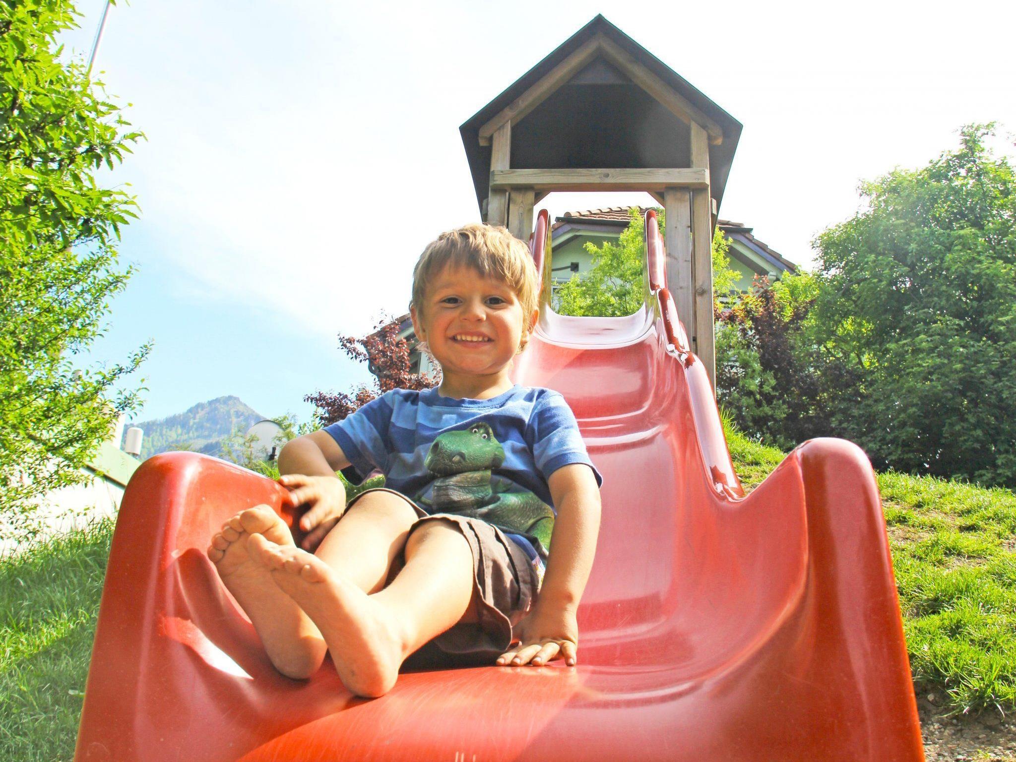 Der kleine Bryan Alessandro auf der Rutsche.