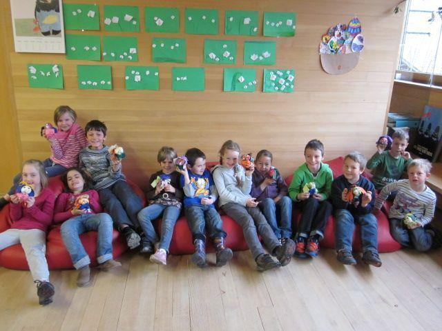Den Schülern und Schülerinnen machte der Besuch in der Bücherei sichtlich Spaß.