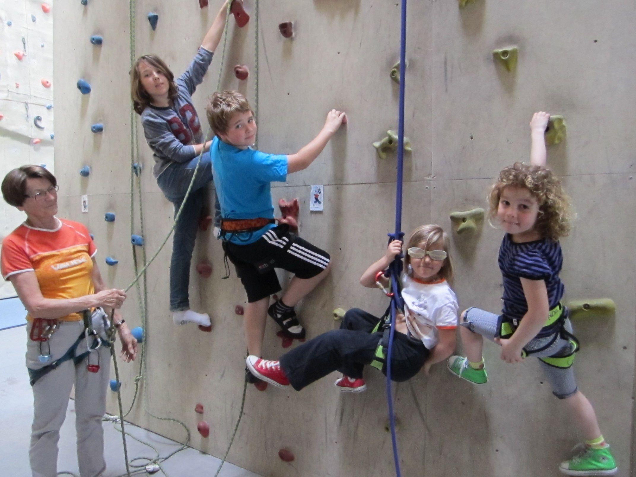 Die Kindergruppe des Alpenvereins Wolfurt hat mit Jugendleiterin Helga Rinderer Spaß am Klettern.