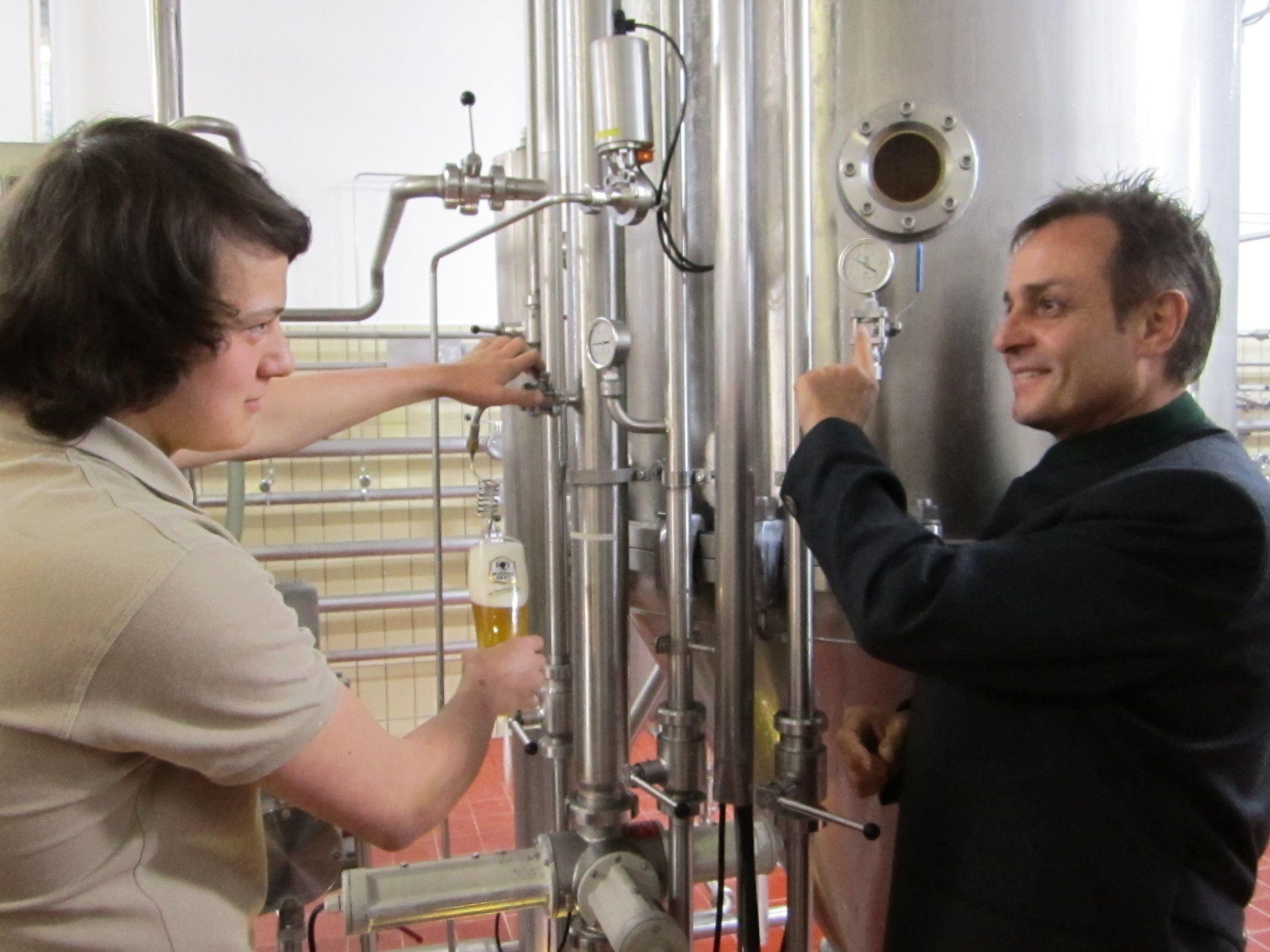 Von DI Ralf Freitag lernt Etienne Wagner die Kunst des Bierbrauens.