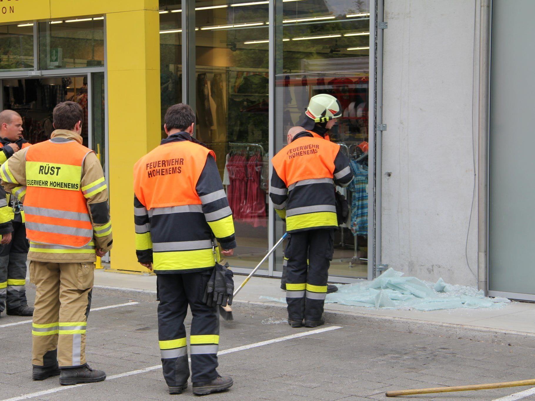 Aufräumarbeiten nach Fahrt ins Schaufenster - Verletzt wurde niemand.