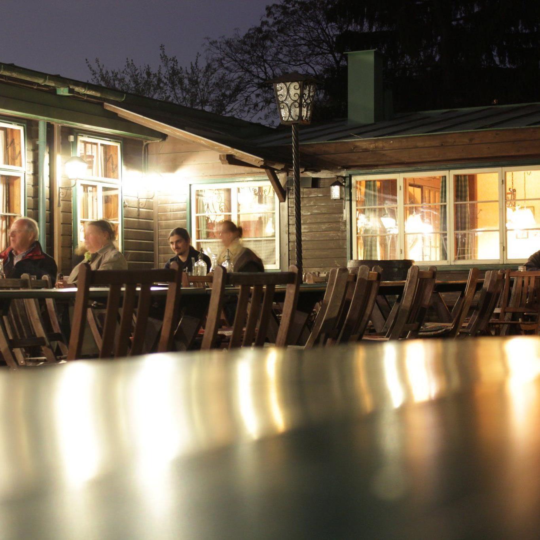 Gemütlicher Abend beim Heurigen Schübl-Auer in Nußdorf. Wir haben die Wiener Heurigen im großen Check!