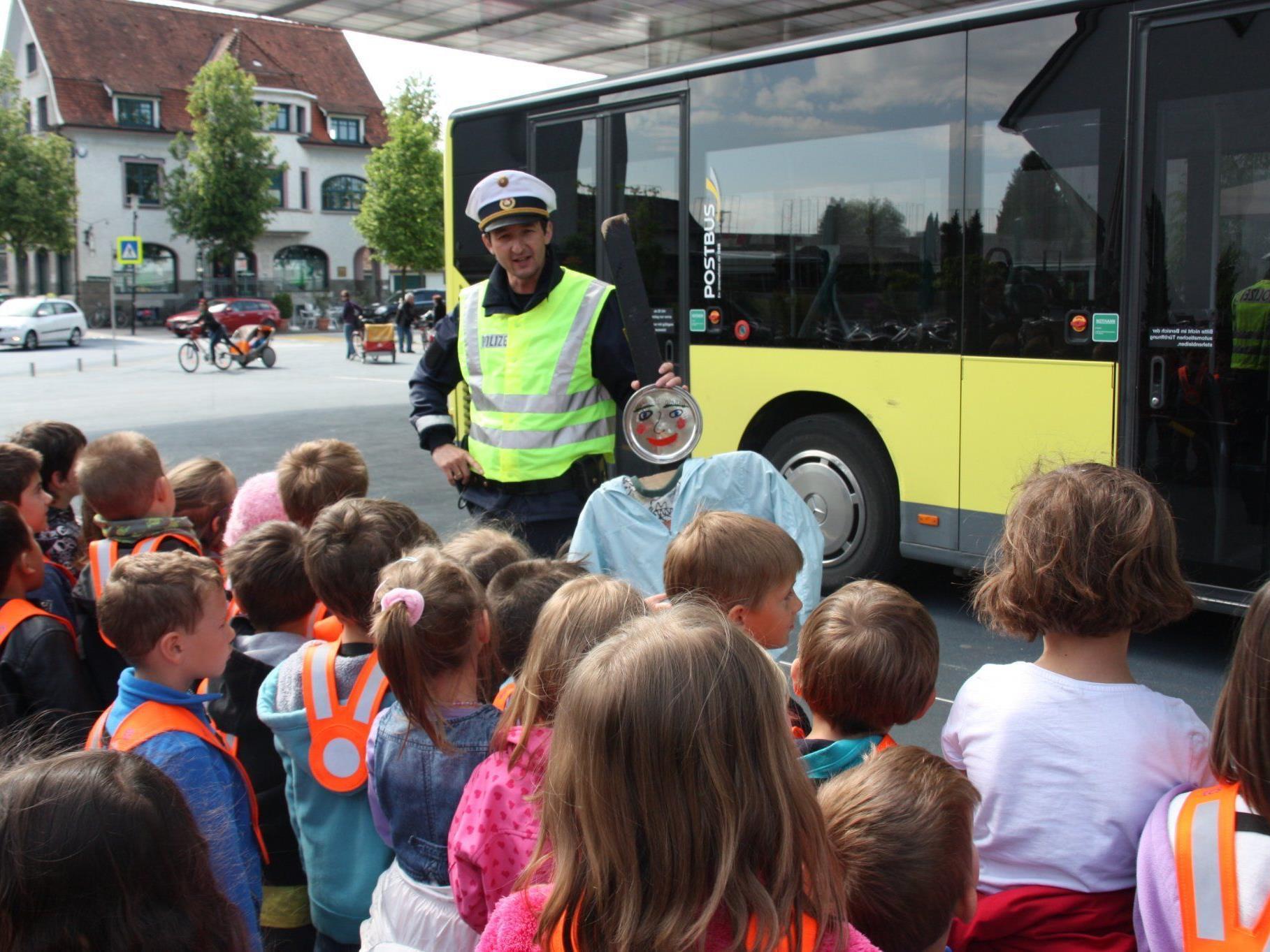 René Schreiber von der Lustenauer Sicherheitswache demonstrierte den Kindern, wie man sich beim Ein- und Aussteigen im Bus richtig verhält.