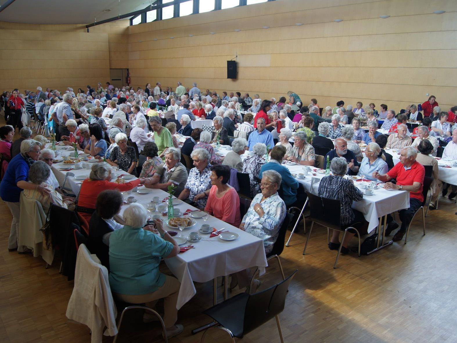 Die Bludenzer Seniorinnen und Senioren im J.J. Ender Saal in Mäder.