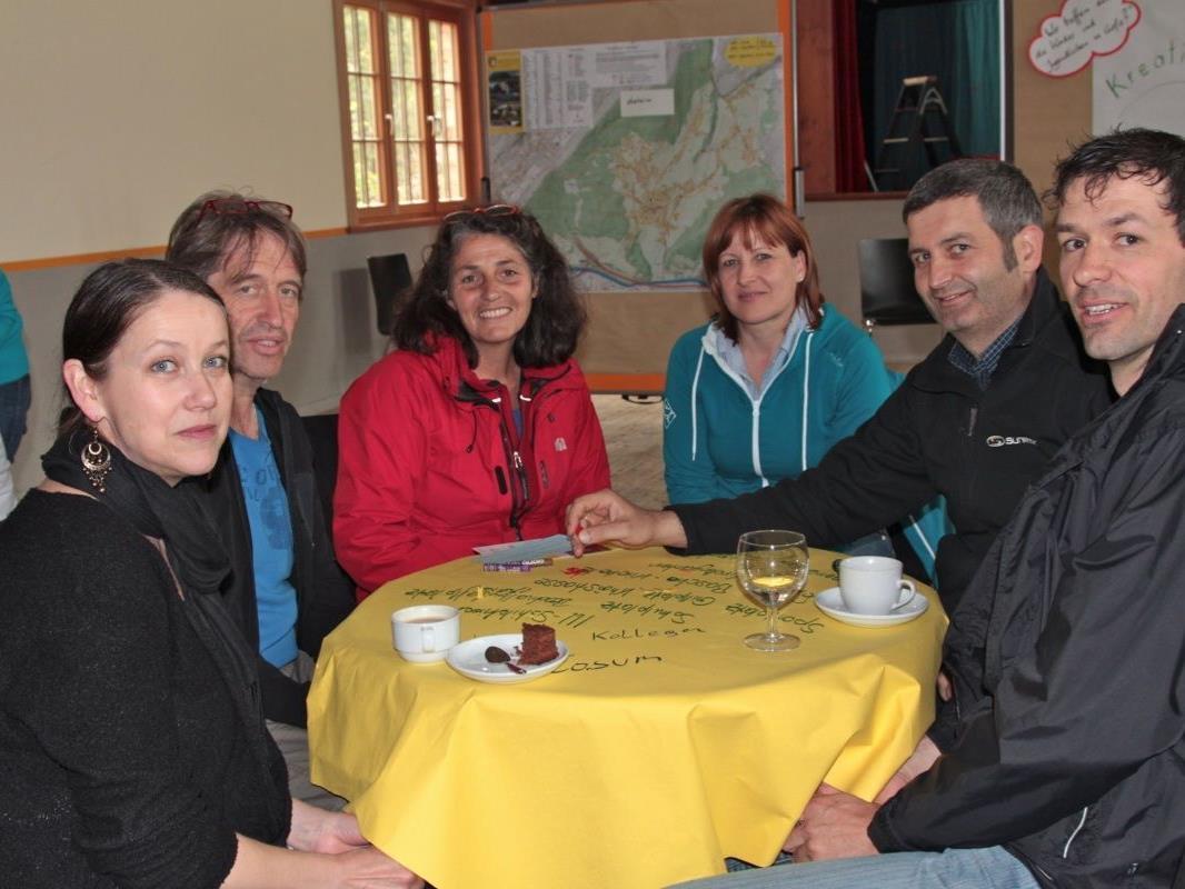 Gemütlich bei Kuchen und Kaffee entstand ein reger Gedankenaustausch an den Tischen
