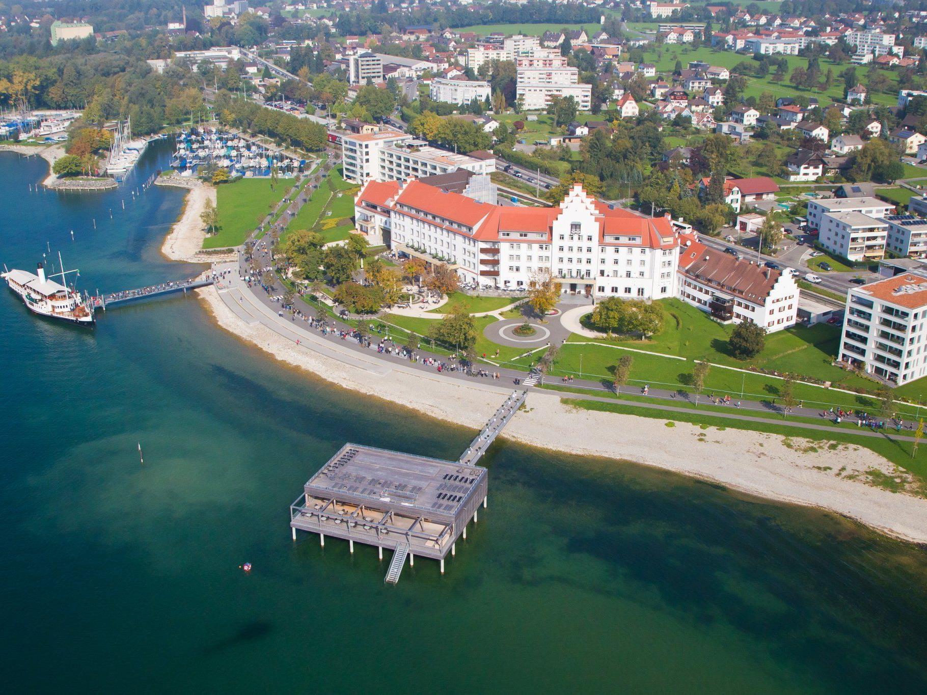 Mächtig steht es da am Lochauer Bodenseeufer – das Seehotel am Kaiserstrand.