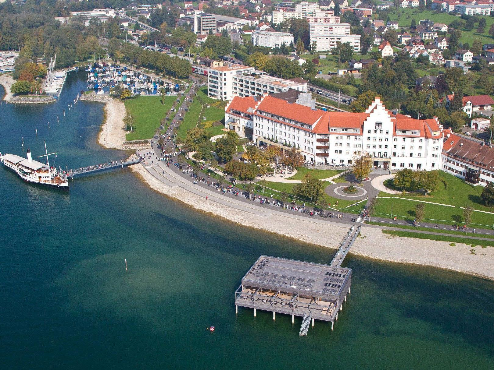 "Luftbildaufnahme des Seehotels ""Am Kaiserstrand""."