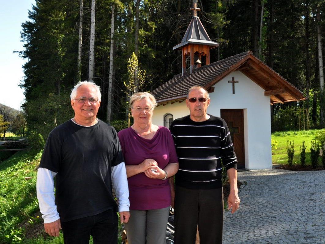 Alfred Bolter, Maria und Werner Unterkircher freuen sich über die schön sanierte Kapelle im Rheinmahd.