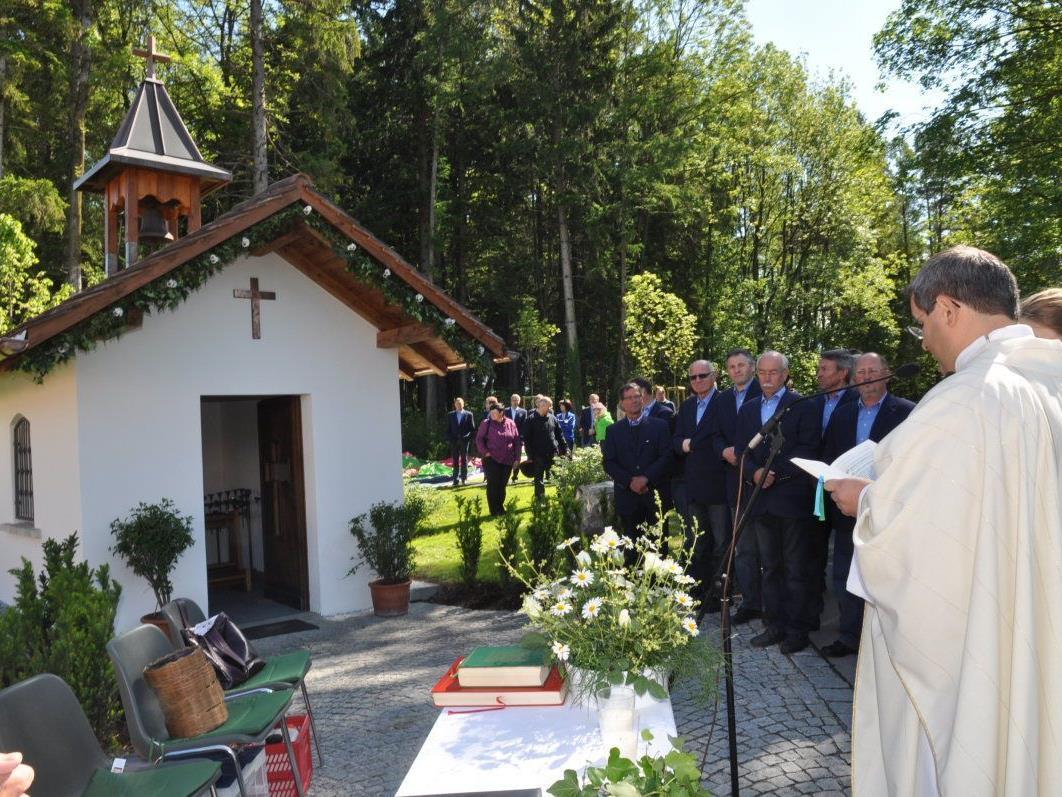 Bei einer feierlichen Messe mit dem Kirchenchor segnete Pfarrer Romeo Pal die Kapelle Rheinmahd.